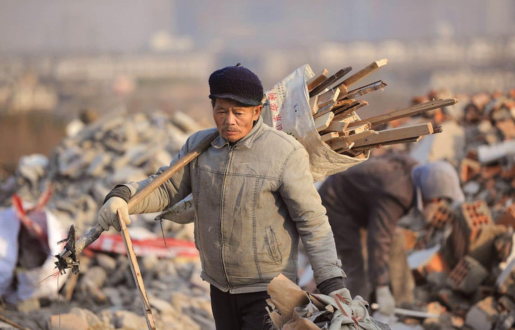 Un homme récolte les rebus d'un site de construction à Hefei. La Chine affichait en décembre dernier un coefficient de 0,61, faisant du pays l'un des quinze plus inégalitaires du monde.