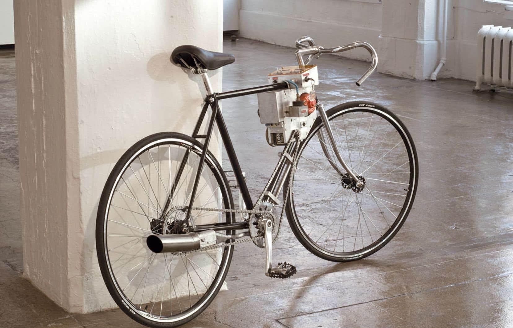 L'œuvre Keep On Smoking (2005-2010) de Michel de Broin a été réalisée avec une bicyclette, une génératrice, une pile, une jauge analogique et une machine à fumée. C'est une des œuvres emblématiques de l'artiste.