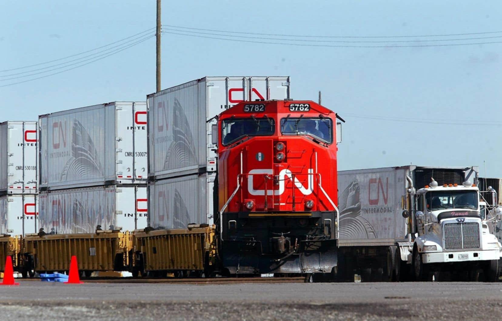 Un train du CN. La compagnie jongle avec la possibilité de ne plus laisser des locomotives tirant des wagons-citernes bourrés de matières dangereuses sans surveillance.