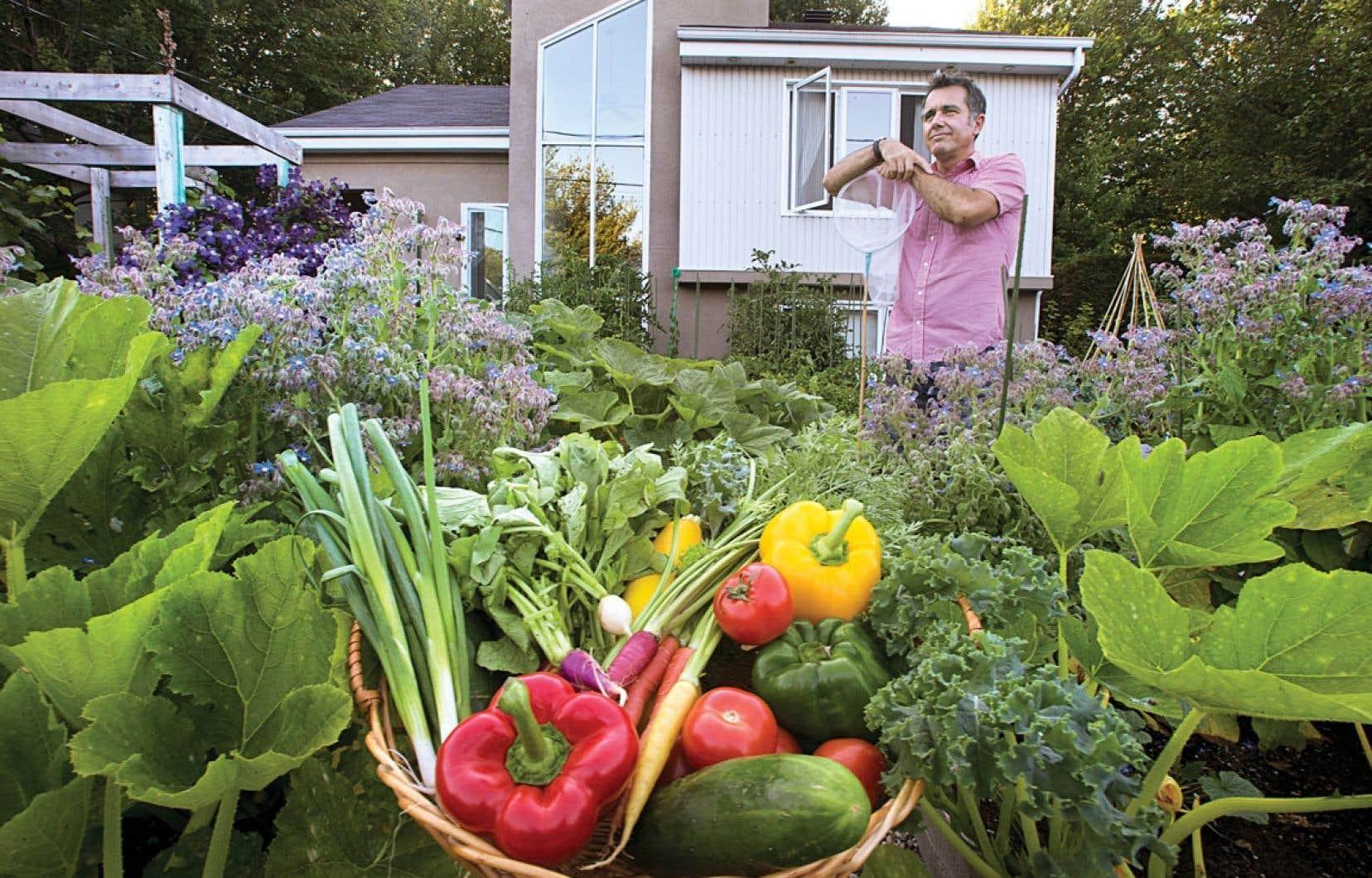 Michel Beauchamp reçoit aujourd'hui des demandes de ses voisins, qui veulent des conseils de jardinage.