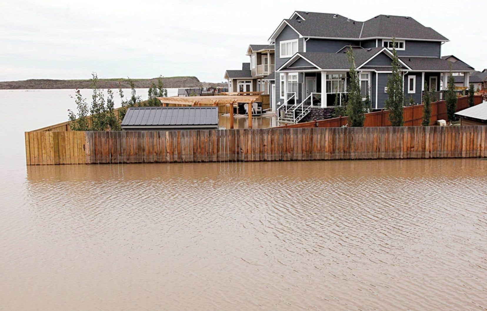 Les Albertains ont constaté l'impact des changements climatiques dans leur cours lors des inondations de juin dernier, ce qui les aurait poussés à envisager la réduction de la dépendance au pétrole, croit Steven Guilbeault.