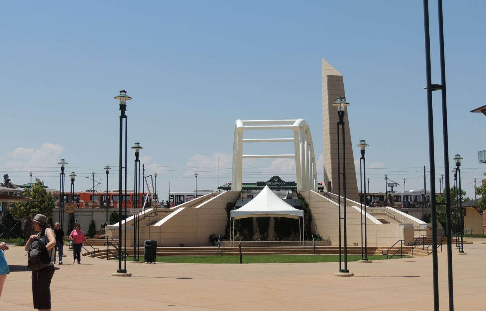 Une immense place centrale, ornée d'une fontaine et d'œuvres d'art public, accueille l'hôtel de ville, un centre communautaire, un musée et une bibliothèque.
