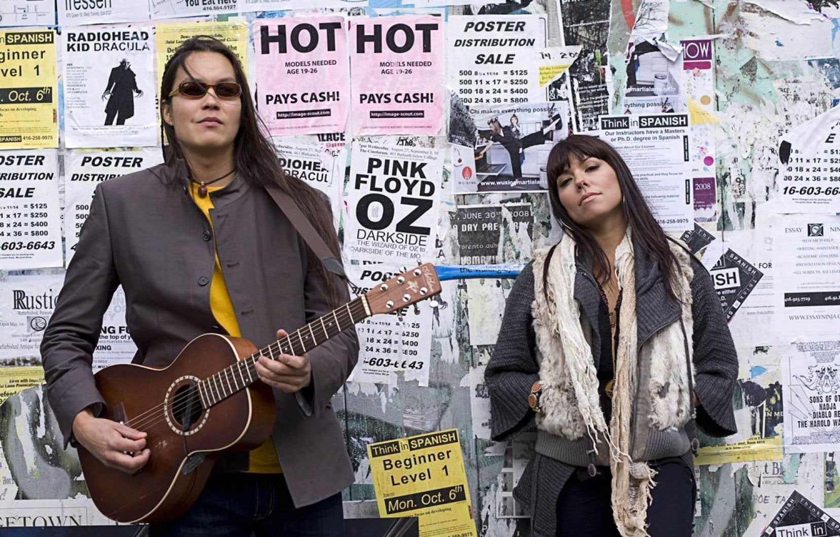 Digging Roots tourne autour de deux personnalités : le guitariste compositeur Raven Kanatakta, d'origine Anishinabe de Winneway au Québec et l'auteure, chanteuse et percussionniste ShoShona Kish, qui vient de la communauté Ojibway de Batchawana près de Sault-Sainte-Marie.