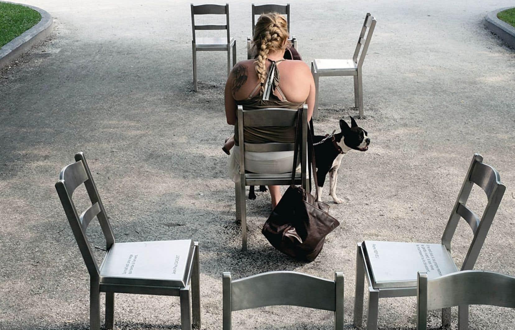 Rêver le nouveau monde, de Michel Goulet. L'œuvre consiste en un ensemble de 44 chaises qui présentent sur leur siège des extraits de poèmes d'auteurs québécois.