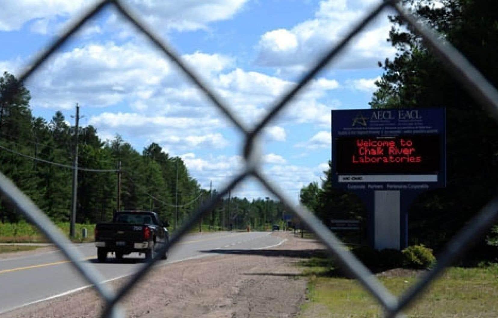 L'entrée des laboratoires de Chalk River, en Ontario. Les résidus d'uranium liquides de Chalk River étaient stockés jusqu'en 2003 dans un vaste réservoir en acier inoxydable situé sur les lieux de la centrale et les résidus sont depuis enfouis dans des fosses de ciment.