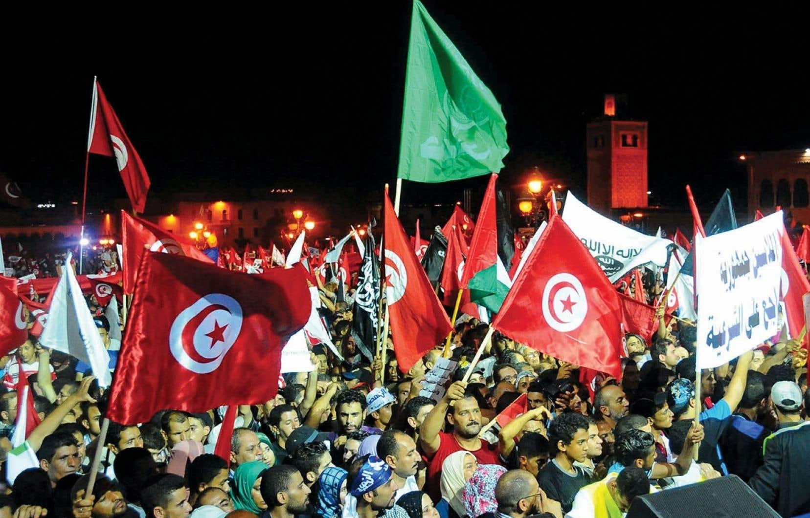 Ennahda a organisé dans la nuit de samedi à dimanche un rassemblement massif en réponse aux appels à la démission du gouvernement.