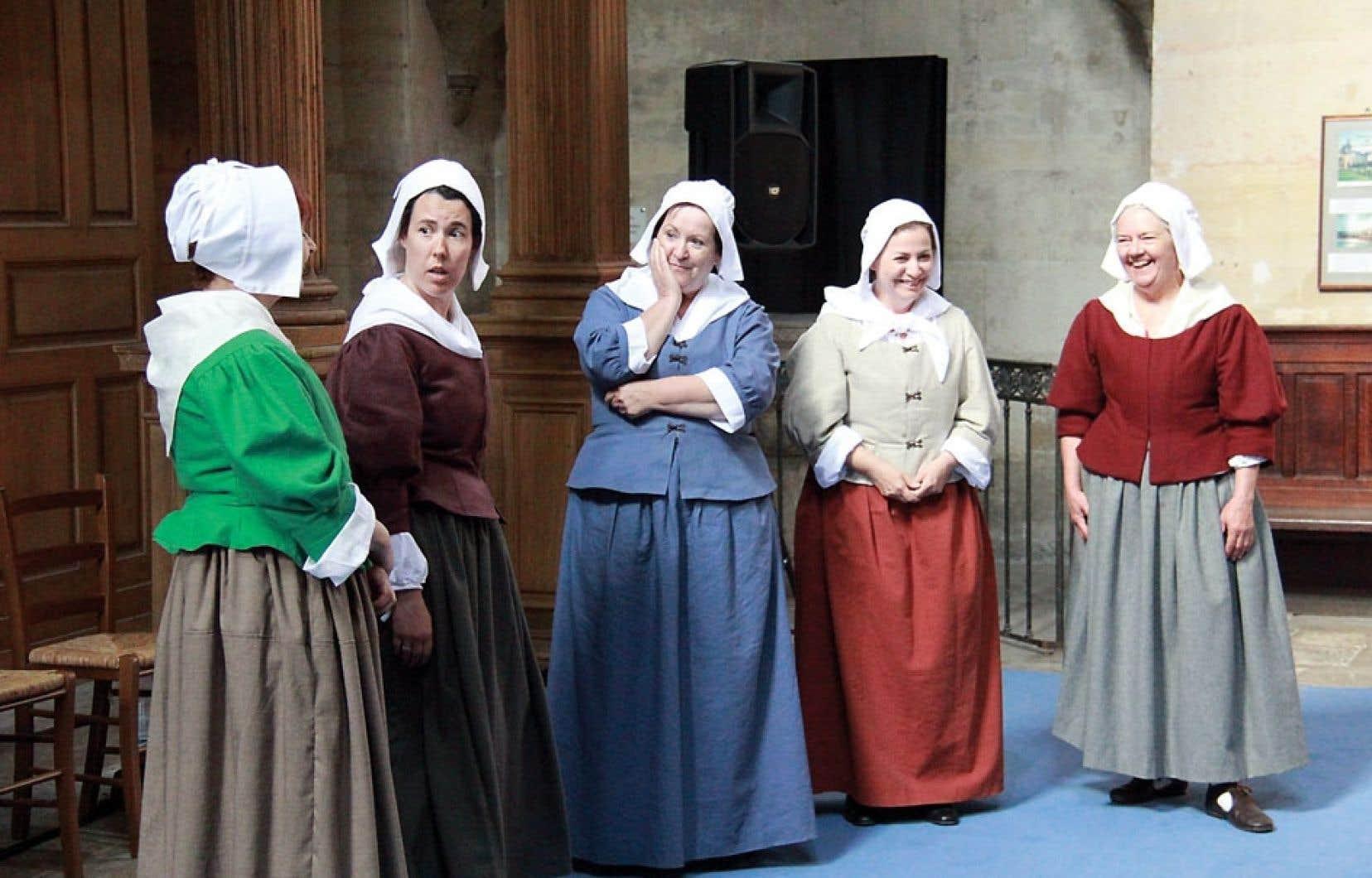 Quelques-unes des figurantes qui personnifient les 36 femmes du premier contingent des Filles du Roy. Elles étaient à Paris en juin (ci-dessus) au début d'un périple qui les mènera à Québec le 7 août.