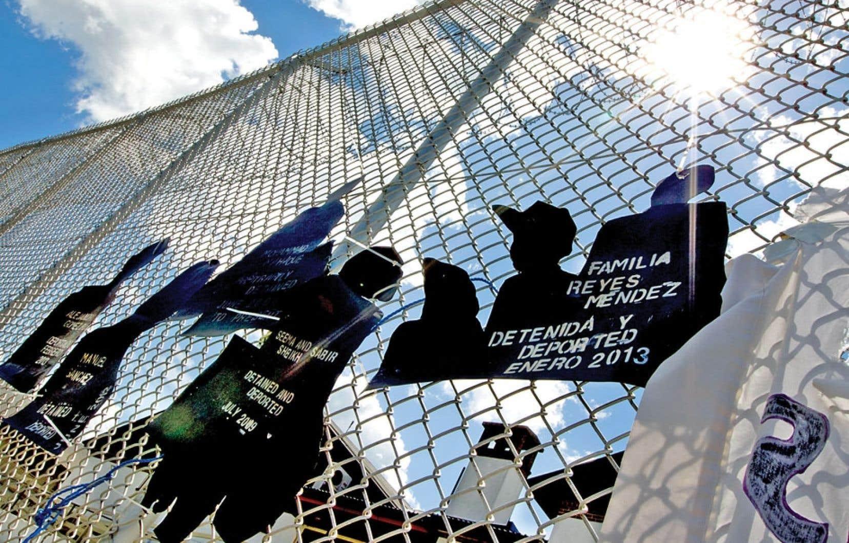 Les manifestants ont accroché des pancartes aux clôtures. Avec ses grillages, ses gardiens et ses accès contrôlés, le centre de l'ASFC fonctionne dans les faits comme une prison à sécurité moyenne.