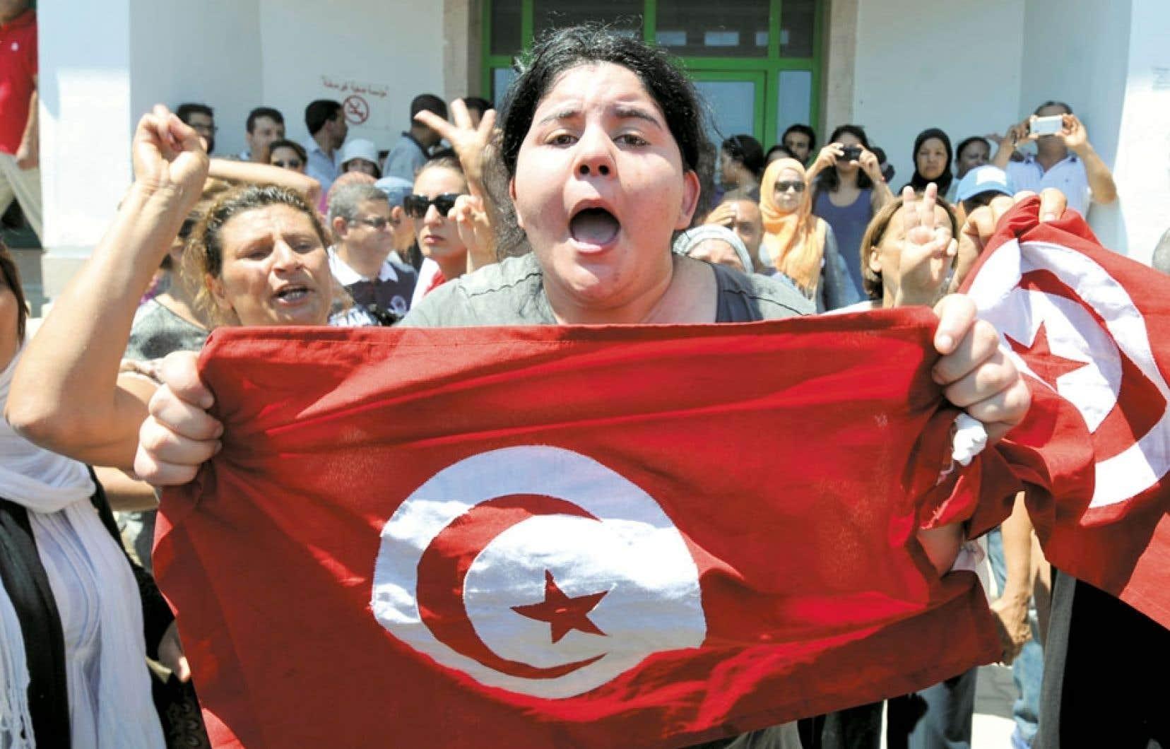 Une Tunisienne se préparait lundi aux manifestations de mardi.