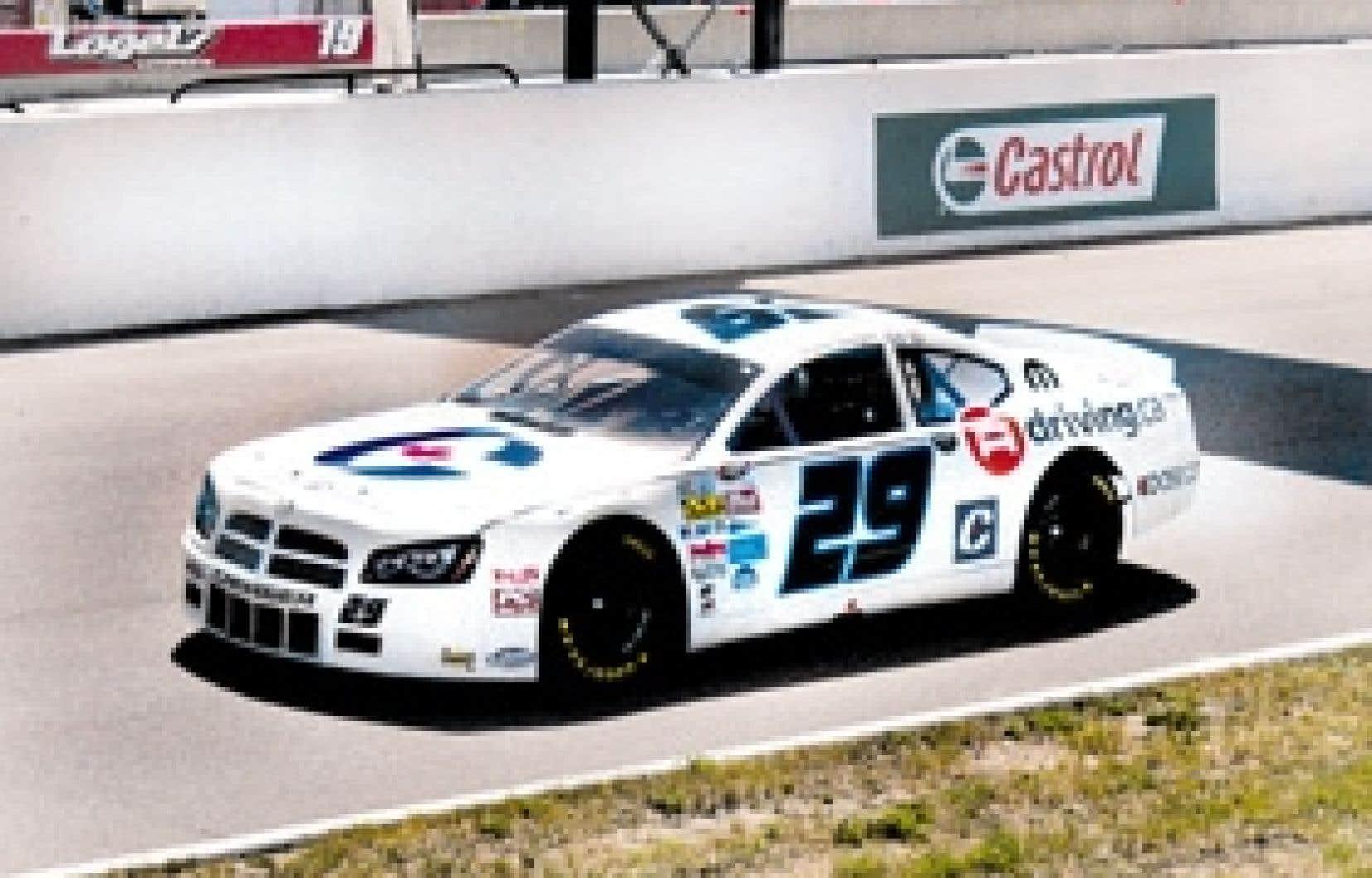 La voiture numéro 29 arborait les couleurs du Parti conservateur lors de la course NASCAR présentée dimanche à Bowmanville, en Ontario.