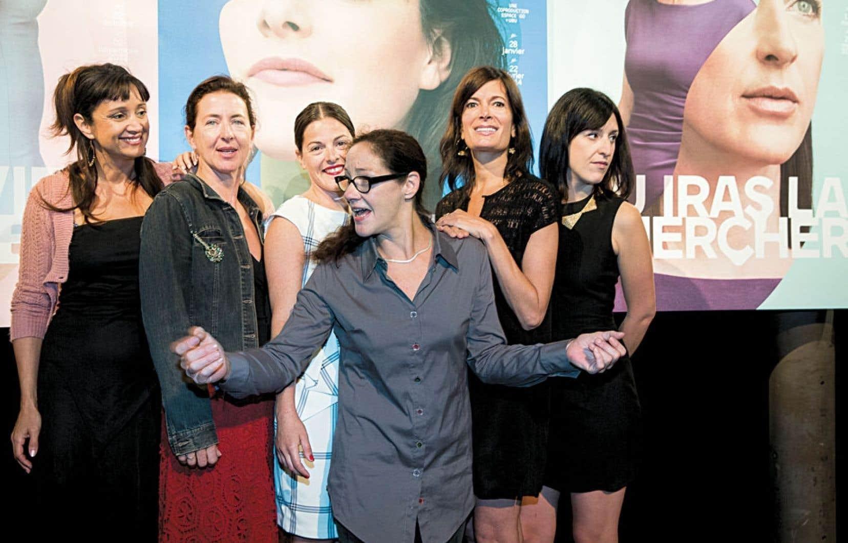 Les comédiennes Violette Chauveau, Marie-France Lambert, Sophie Cadieux, Anne-Marie Cadieux et Anne-Élisabeth Bossé entourent la directrice de l'Espace Go, Ginette Noiseux.