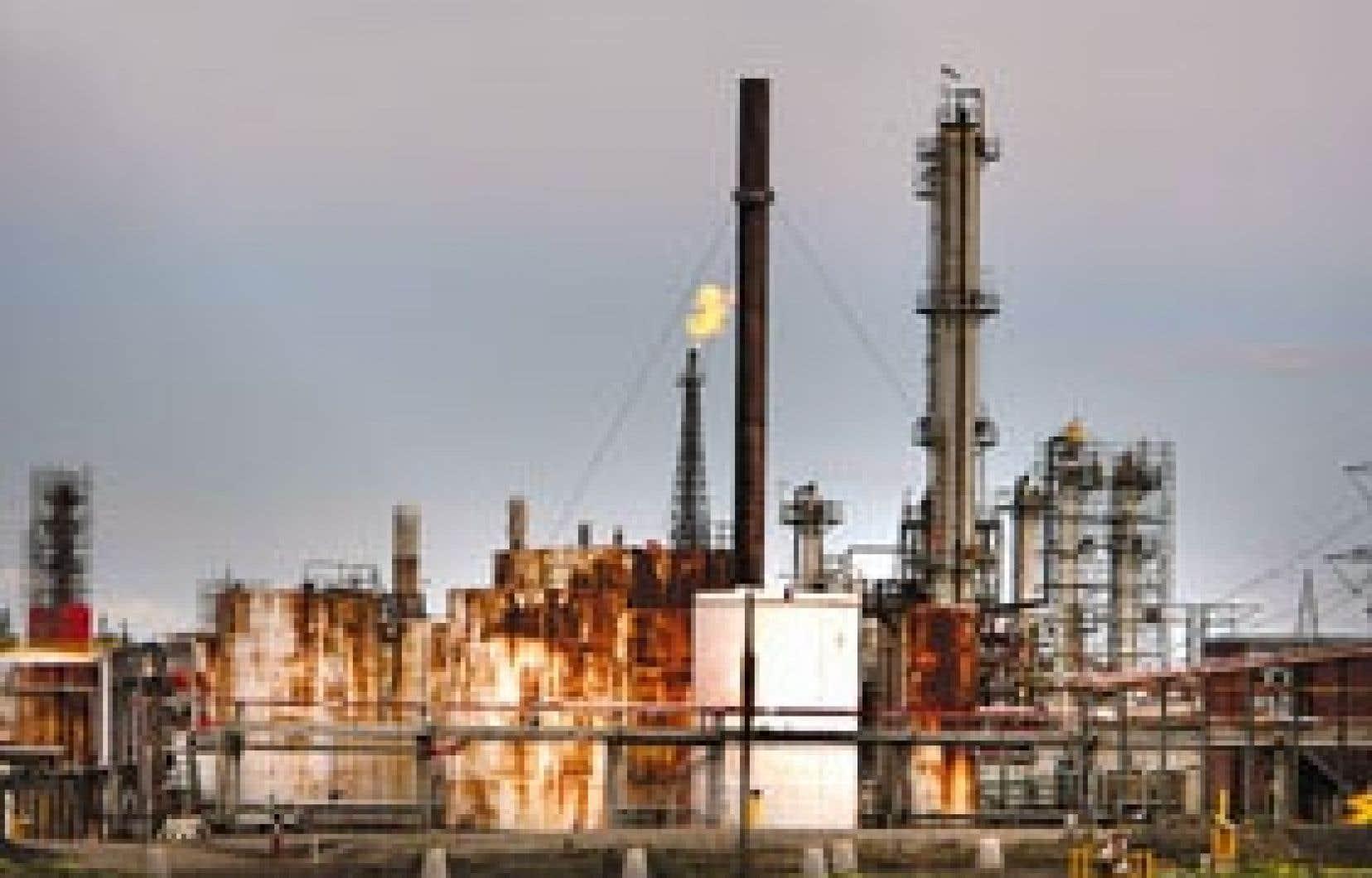 La raffinerie Shell de Montréal (ci-dessus) est la deuxième source ponctuelle d'émissions de GES au Québec après l'aluminerie d'Alcoa à Baie-Comeau.