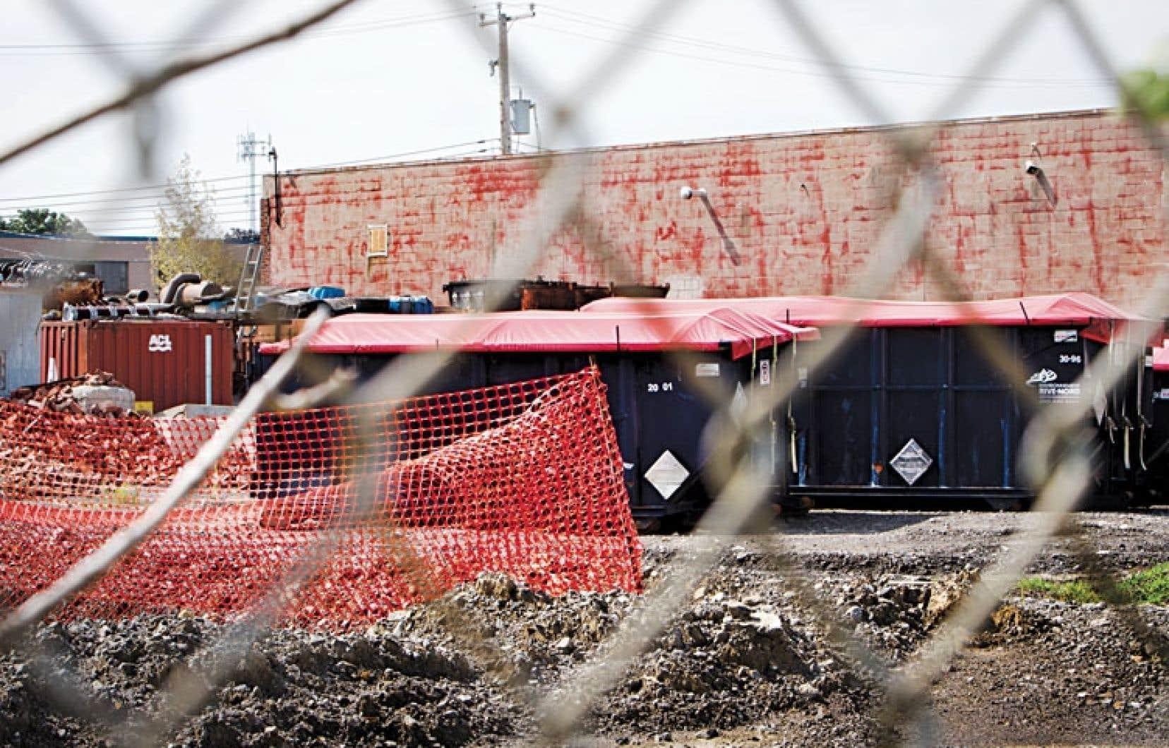 Des conteneurs remplis de substances contaminées récupérées sur le site de l'entreprise Reliance, à Pointe-Claire.