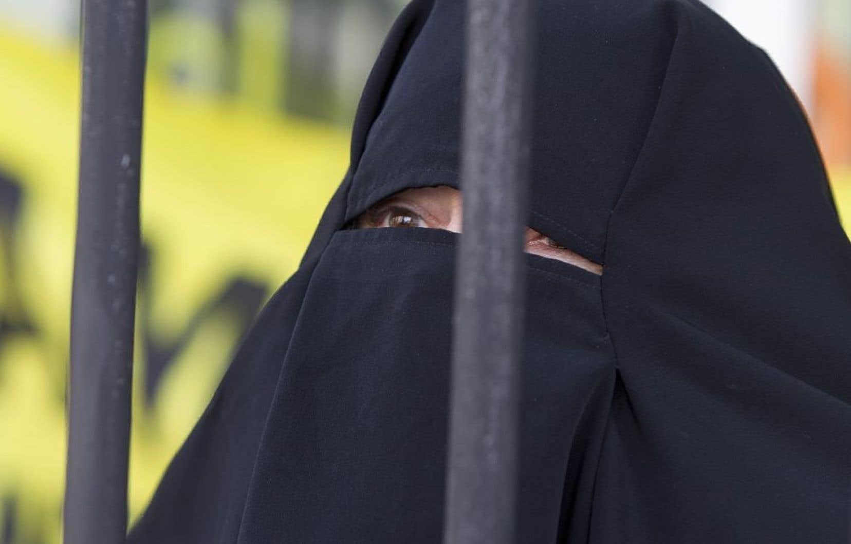 Pour les libéraux, seul «le voile facial» doit être exclu des services publics, «pour des raisons d'identification, de communication et de sécurité», a dit M. Couillard.