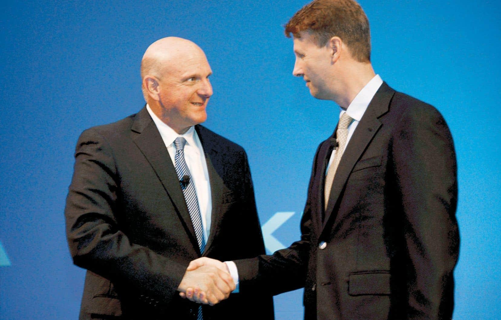 Steve Balmer, grand patron de Microsoft, et Risto Siilasmaa, président du conseil d'administration de Nokia, au moment de sceller leur entente.