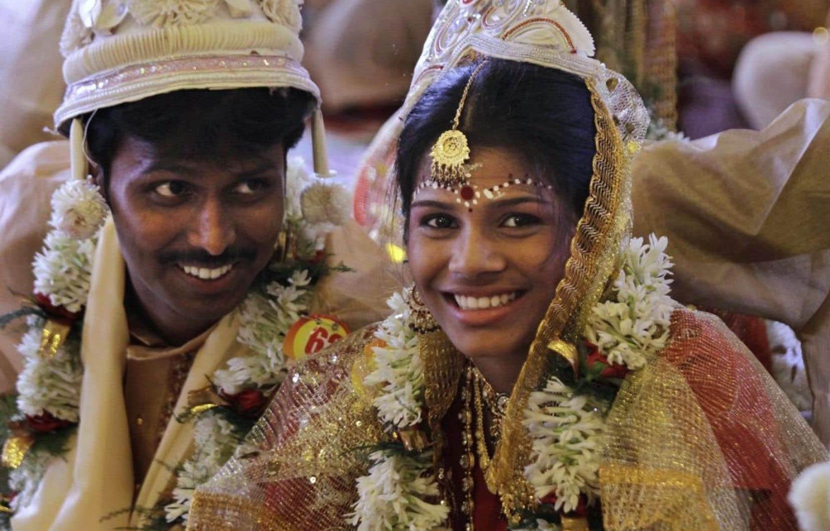 Un couple de nouveaux mariés qui ont profité d'un mariage de masse pour s'unir, en juillet 2012. Ces mariages permettent aux familles moins bien nanties d'éviter la dot.