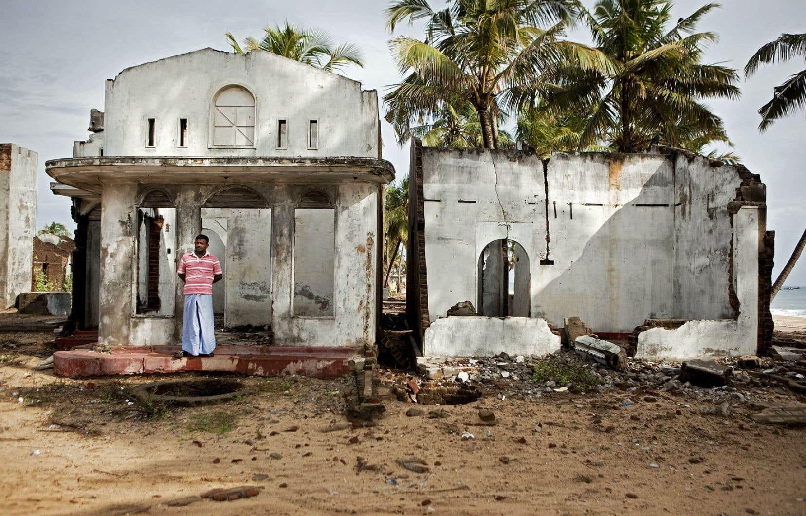 Chez l'humain, ce sont surtout les régions où vivent les plus démunis qui subiront de plein fouet les effets des bouleversements climatiques. Des citoyens qui ne sont pourtant pas responsables de l'essentiel du phénomène. Sur notre photo, les ruines à Kalmunai, au Sri Lanka, en 2009.