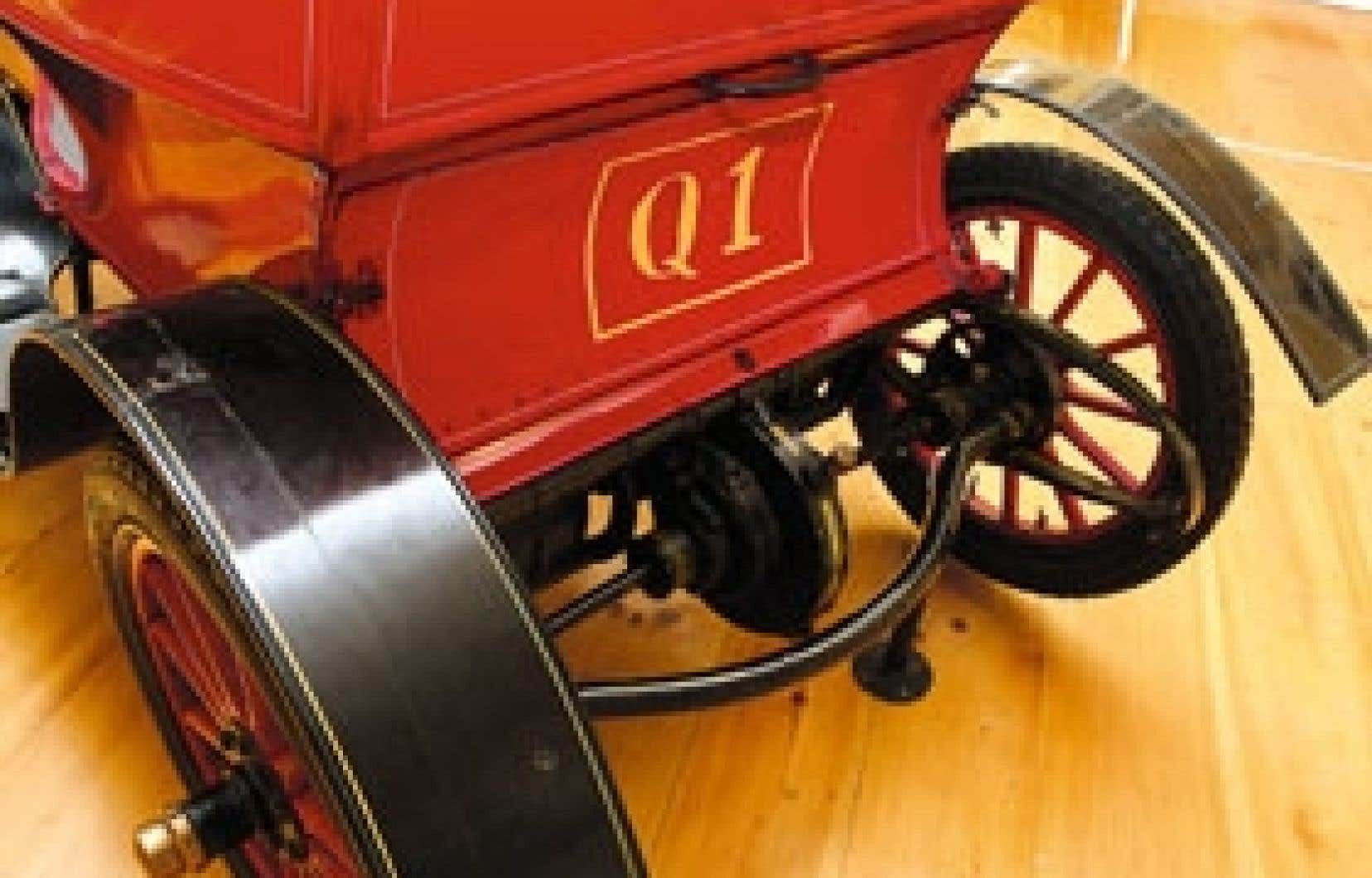 La De Dion Bouton, construite entre 1898 et 1903, fonctionne avec un seul cylindre et peut atteindre une vitesse de 40 km/h. Cette voiture est la première officiellement immatriculée au Québec, en 1906, pour... 1 $.