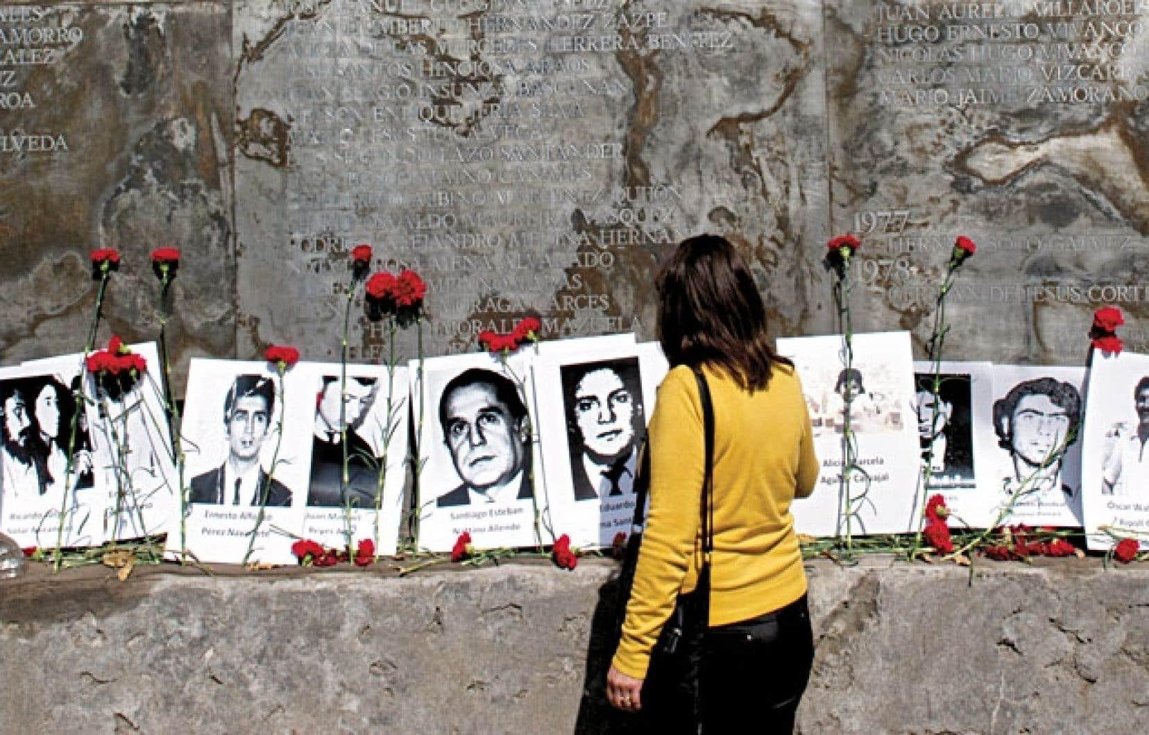 Les photographies de disparus ont été affichées dans la tristement célèbre villa Grimaldi, à Santiago.