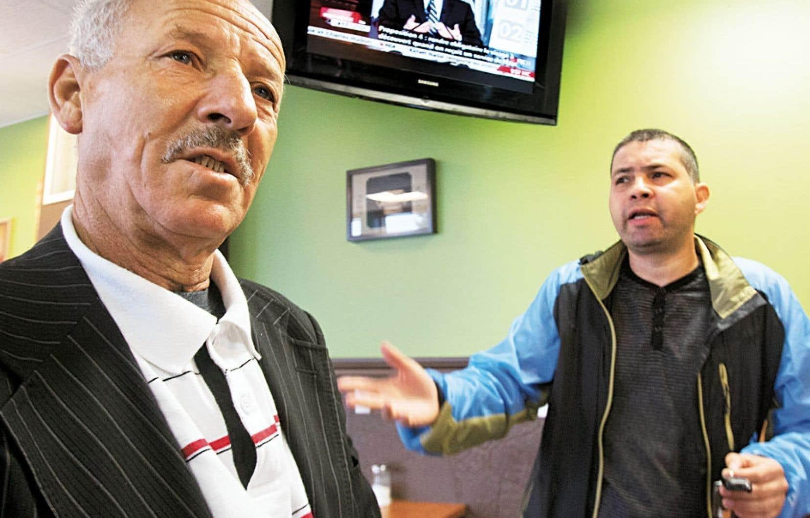 Des Québécois d'origine algérienne ont écouté en direct, mardi, dans un café du Petit Maghreb à Montréal, le dévoilement de la Charte des valeurs québécoises par le ministre Bernard Drainville.