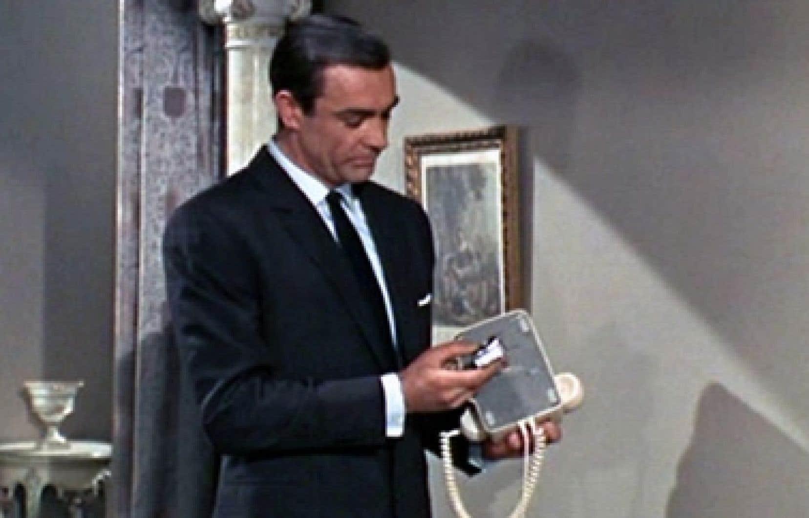 Les agents secrets ont toujours eu une fascination pour les téléphones. Ici, Sean Connery dans le rôle de James Bond.