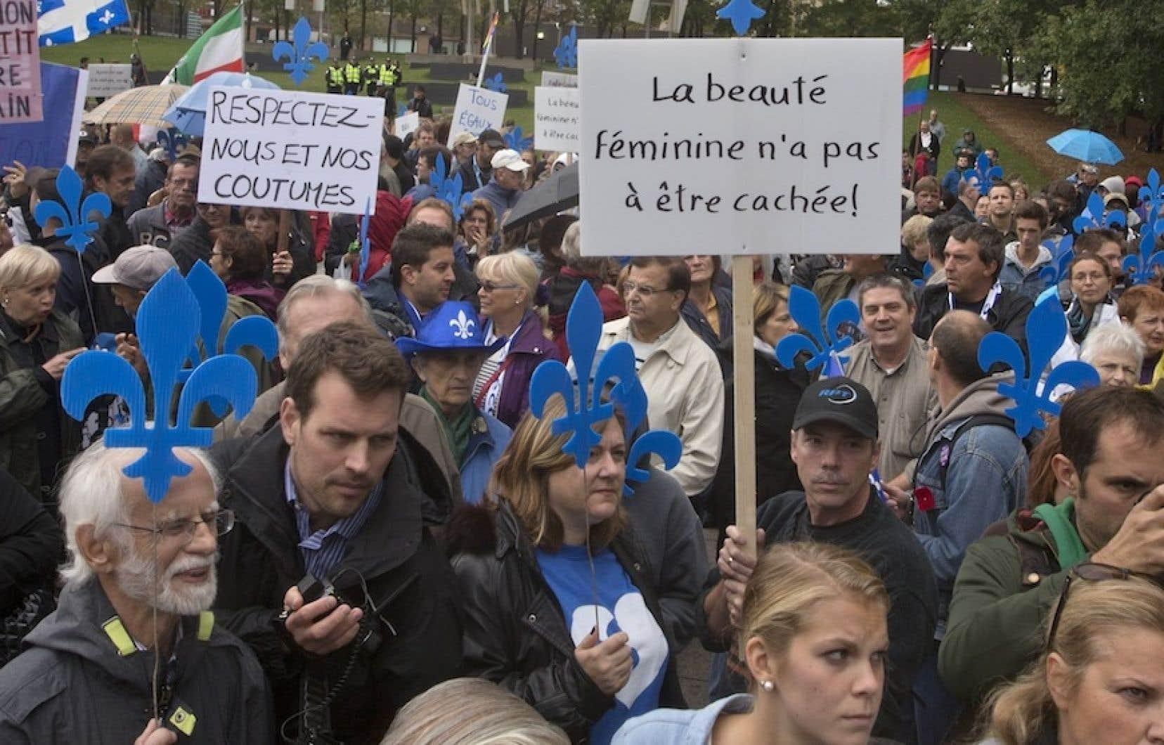 Un millier de personnes en faveur de la laïcité et de la neutralité religieuse de l'État ont sillonné le trajet entre la place Émilie-Gamelin et la place du Canada.
