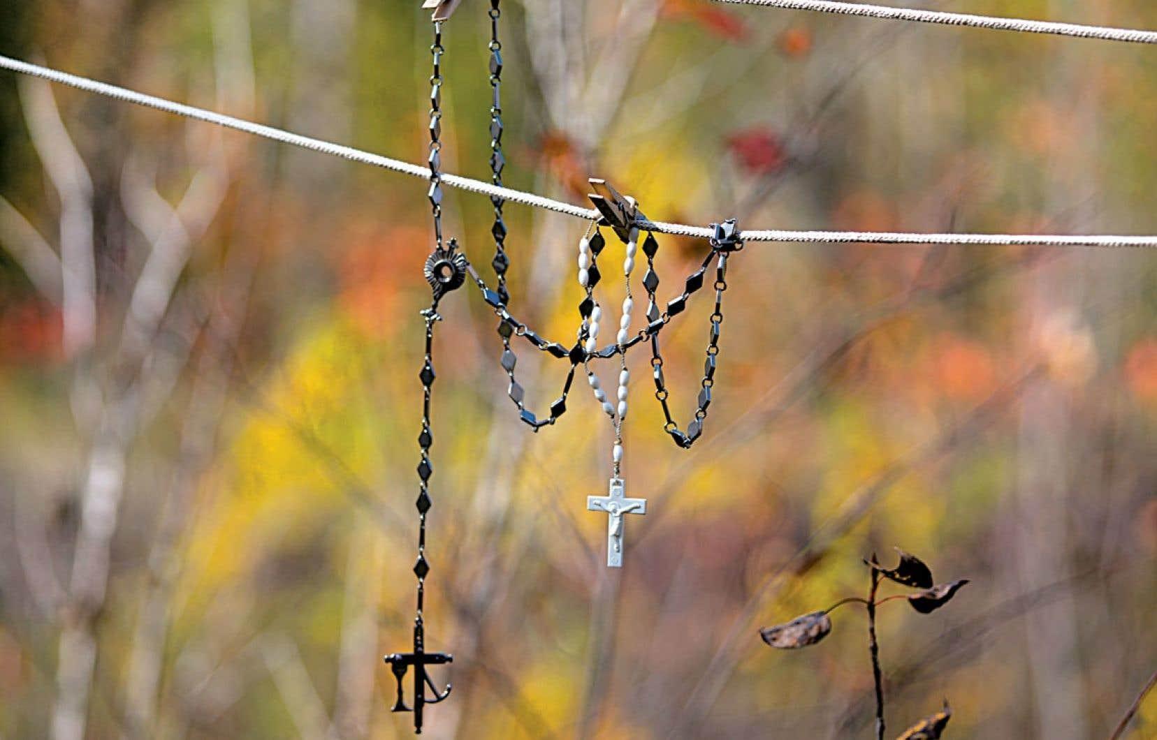 Un chapelet sur la corde à linge, symbole populaire entre superstition et religion, issu de notre bon vieux répertoire ostentatouèèèèèèère judéo-chrétien et de notre obsession météorologique.