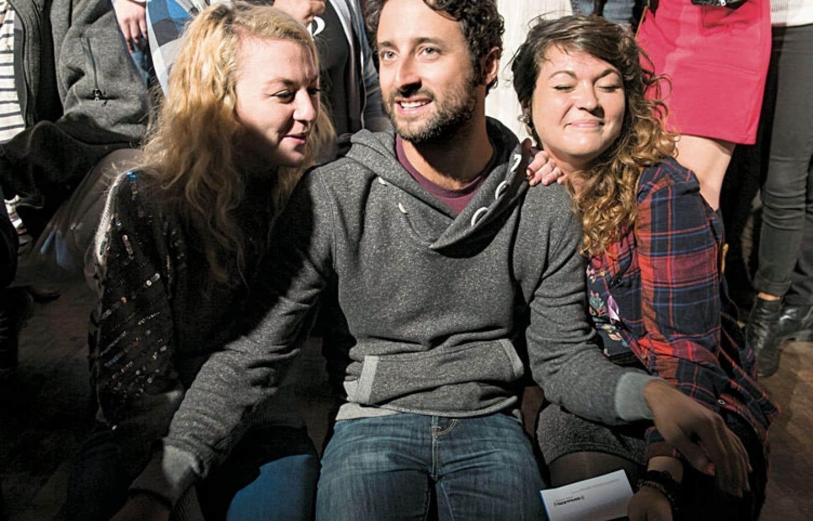 Louis-Jean Cormier entouré des sœurs Stéphanie et Mélanie Boulay