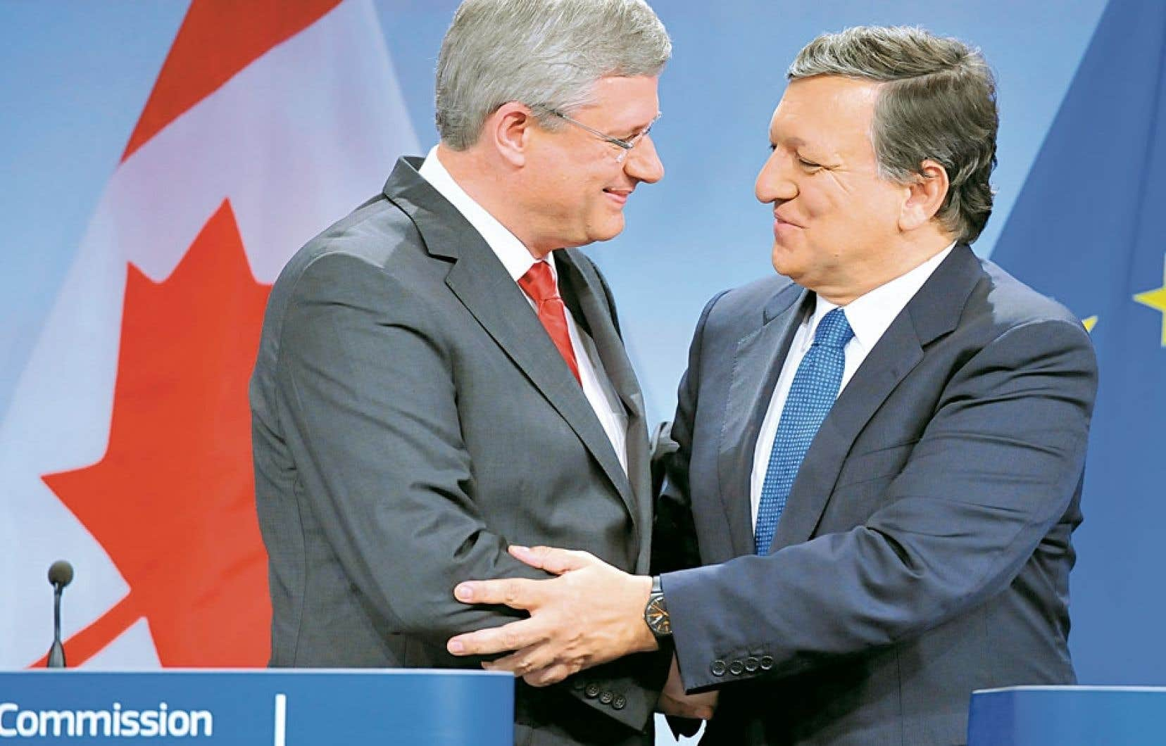 Le premier ministre canadien, Stephen Harper, et le président de la Commission européenne, Jose Manuel Barroso, lors de la signature de l'accord.