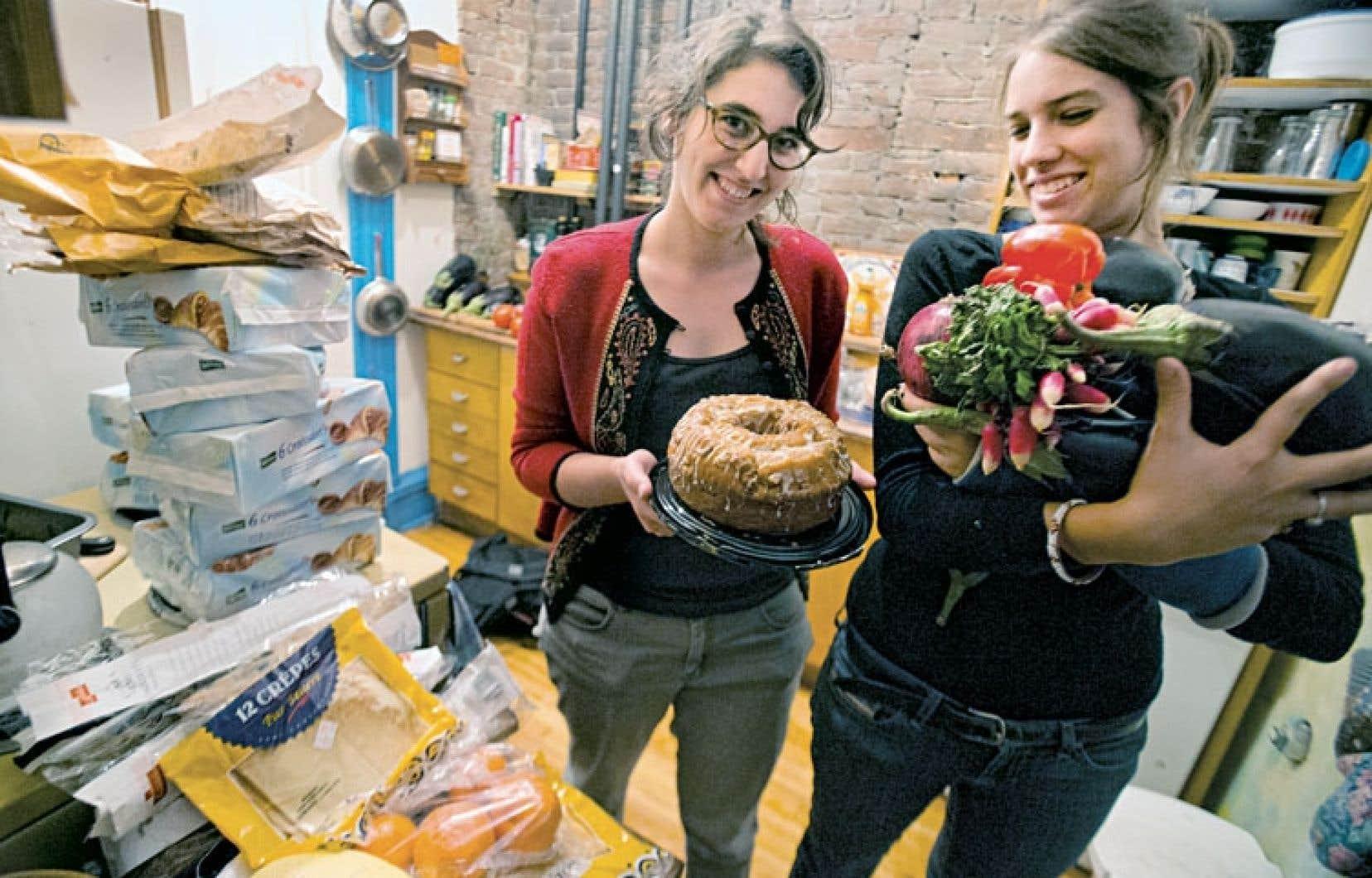 Mia et Ariane font leur épicerie à la benne du coin. Pains, croissants, gâteaux, oranges, radis, poivrons, leur récolte de produits de qualité est étonnante.