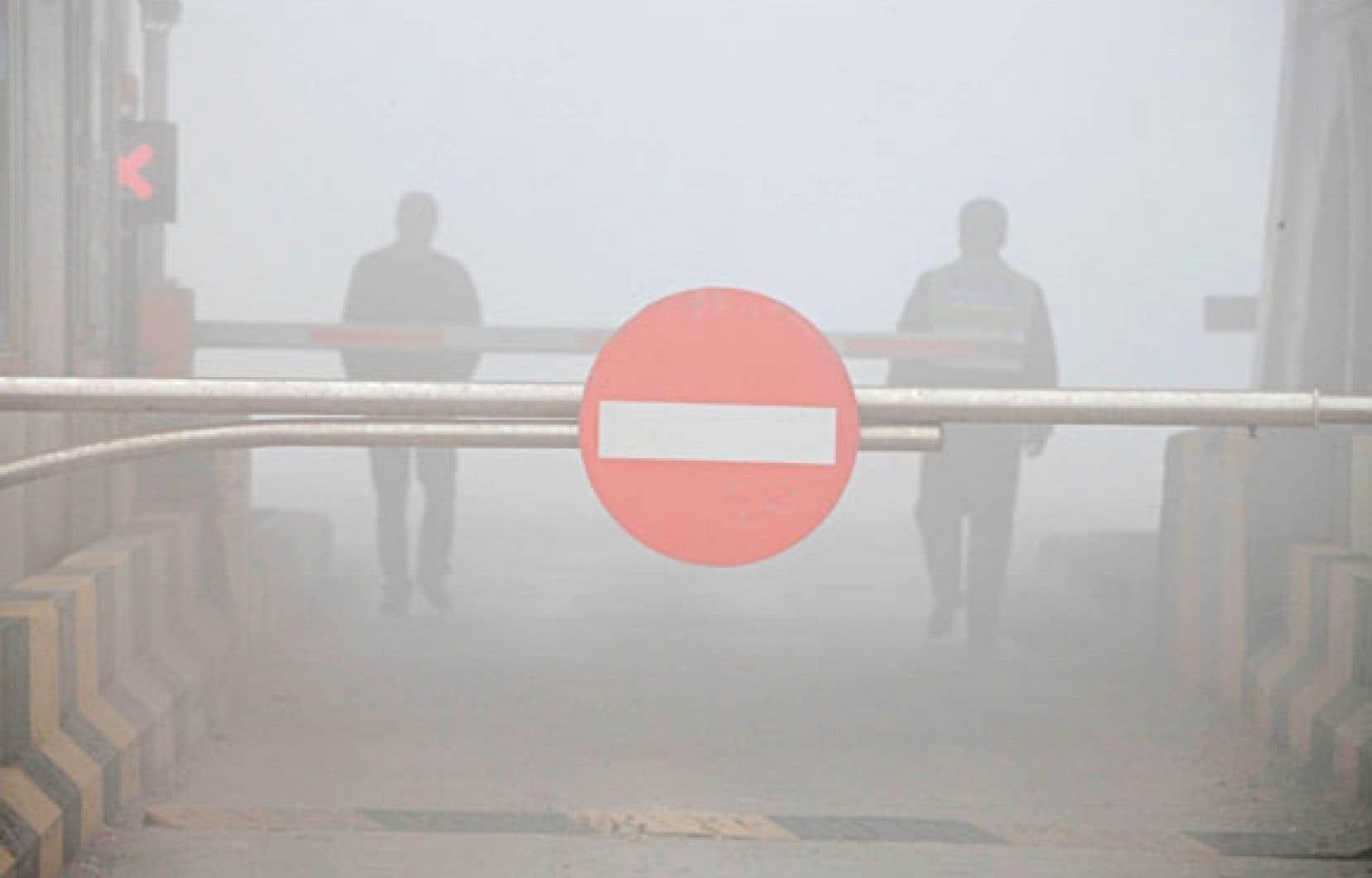 Les routes ont encore été fermées en raison de la mauvaise visibilité due à la pollution.
