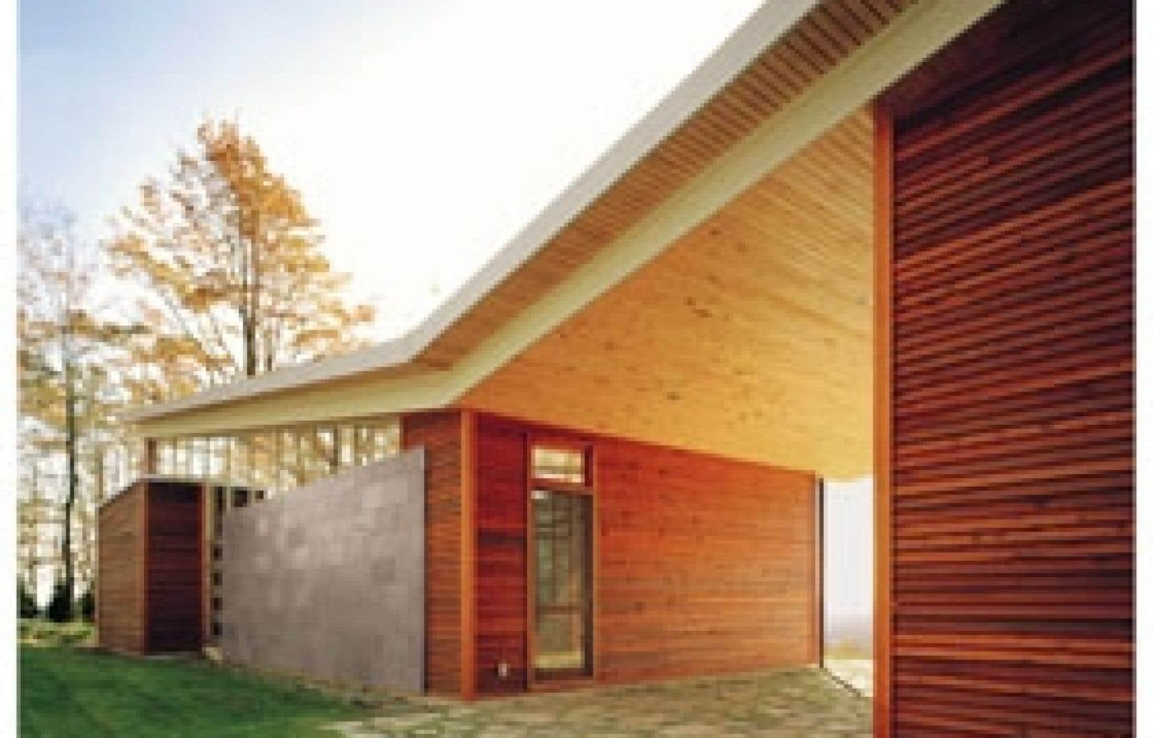 La résidence contemporaine conçue par les architectes Gavin Affleck et Richard de la Riva sur la colline Minton à North Hatley surplombe le lac Massawipi.