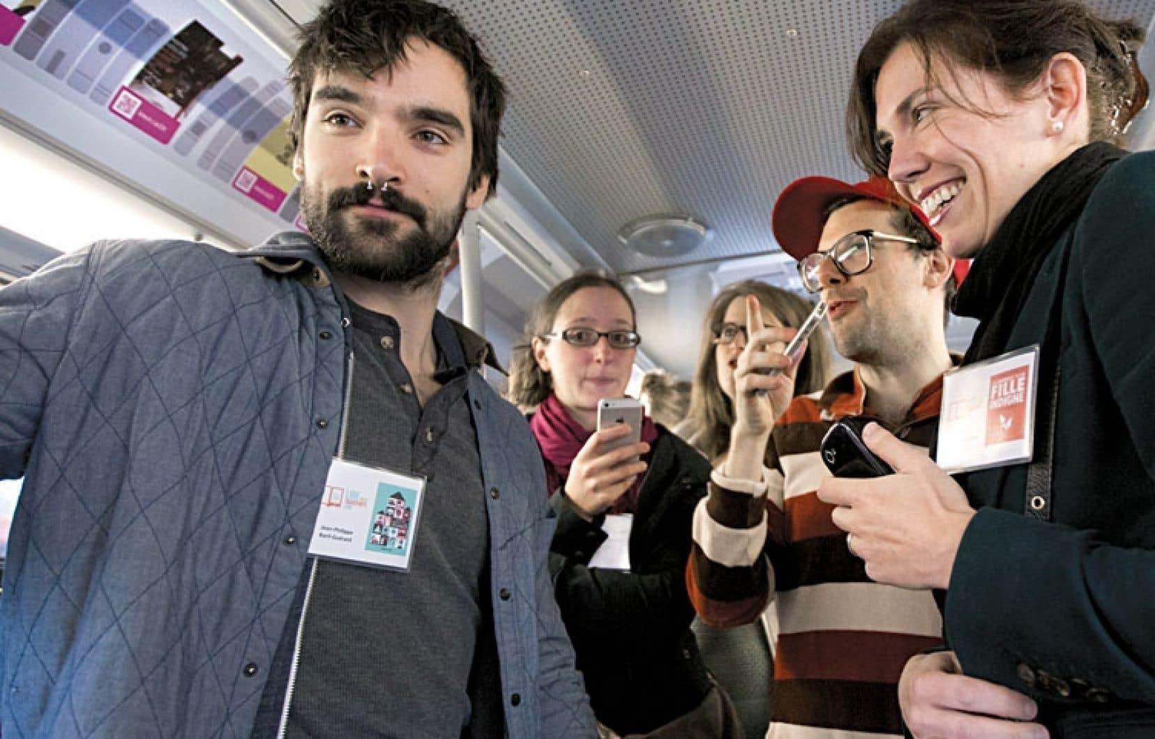 Les auteurs Jean-Philippe Baril Guérard et Caroline Allard, entre autres, étaient présents mardi pour le lancement de l'événement Lire vous transporte, dans un autobus de la STM.