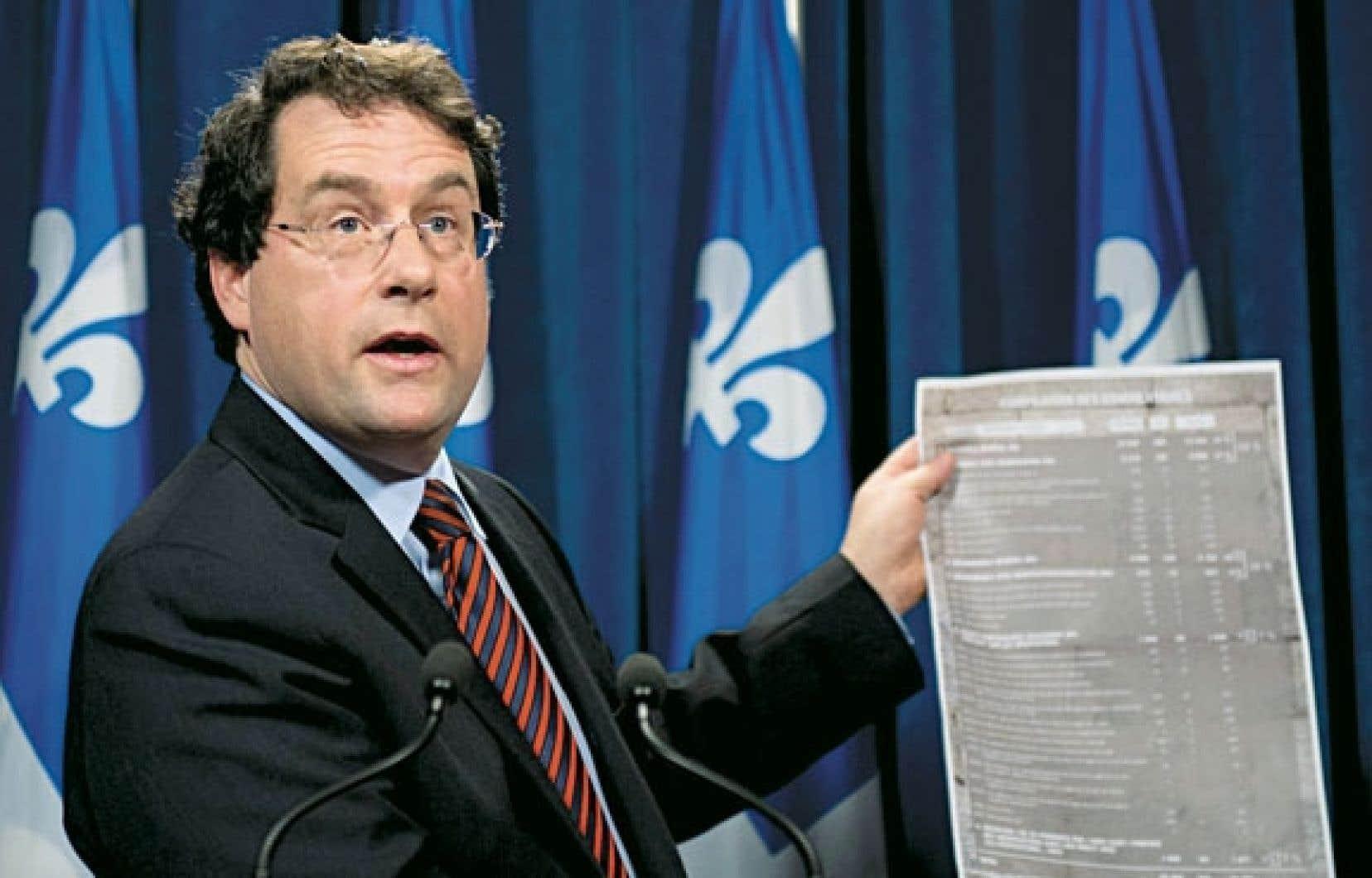 Le ministre des Institutions démocratiques, Bernard Drainville, en conférence de presse mardi.