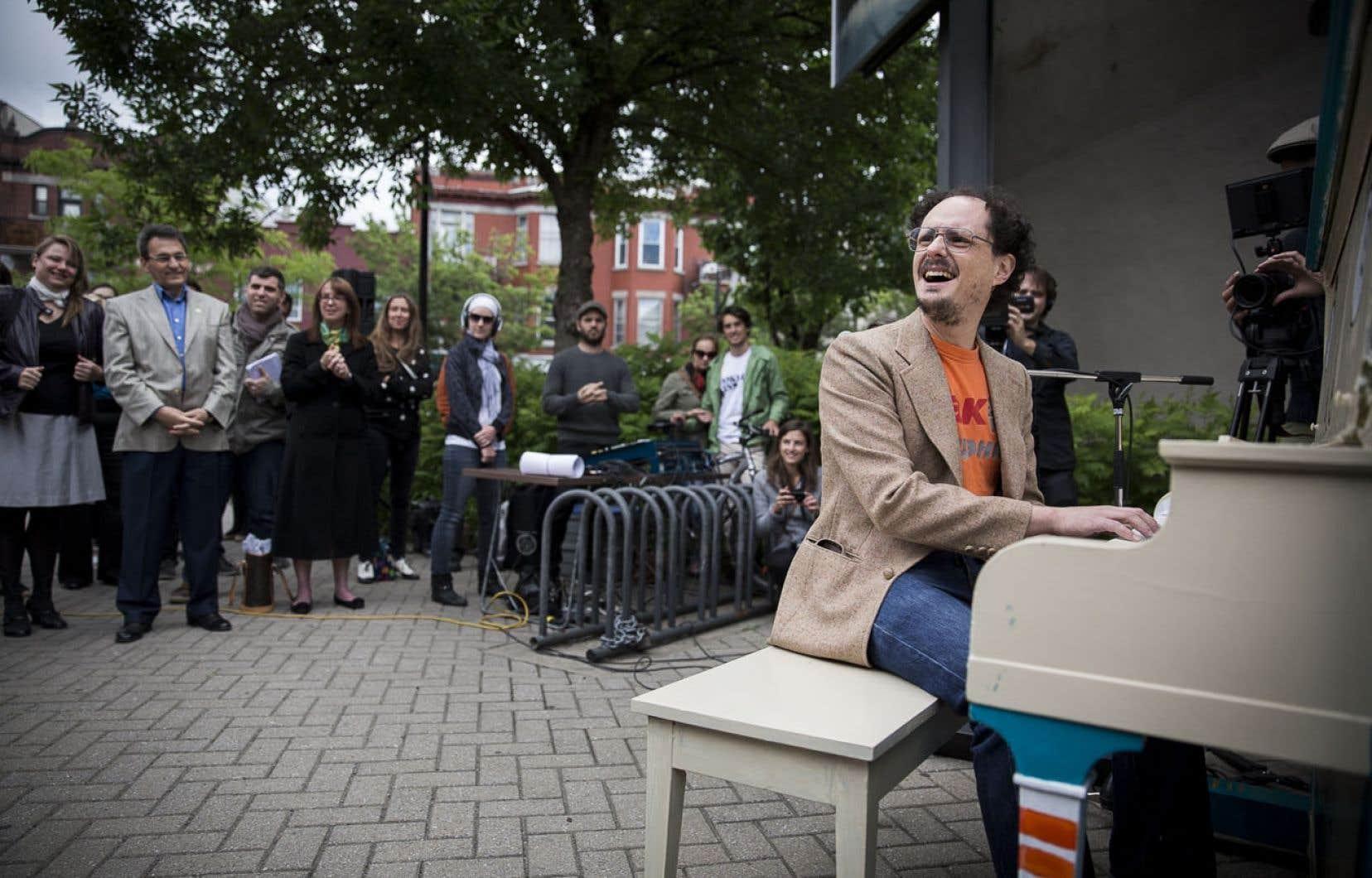 L'été, quelques points du quartier deviennent des lieux de création spontanée avec l'expérience Piano des villes, piano des champs. En juin dernier, l'artiste Socalled s'est mis à l'œuvre sur un piano placé près de la bibliothèque du Mile-End.