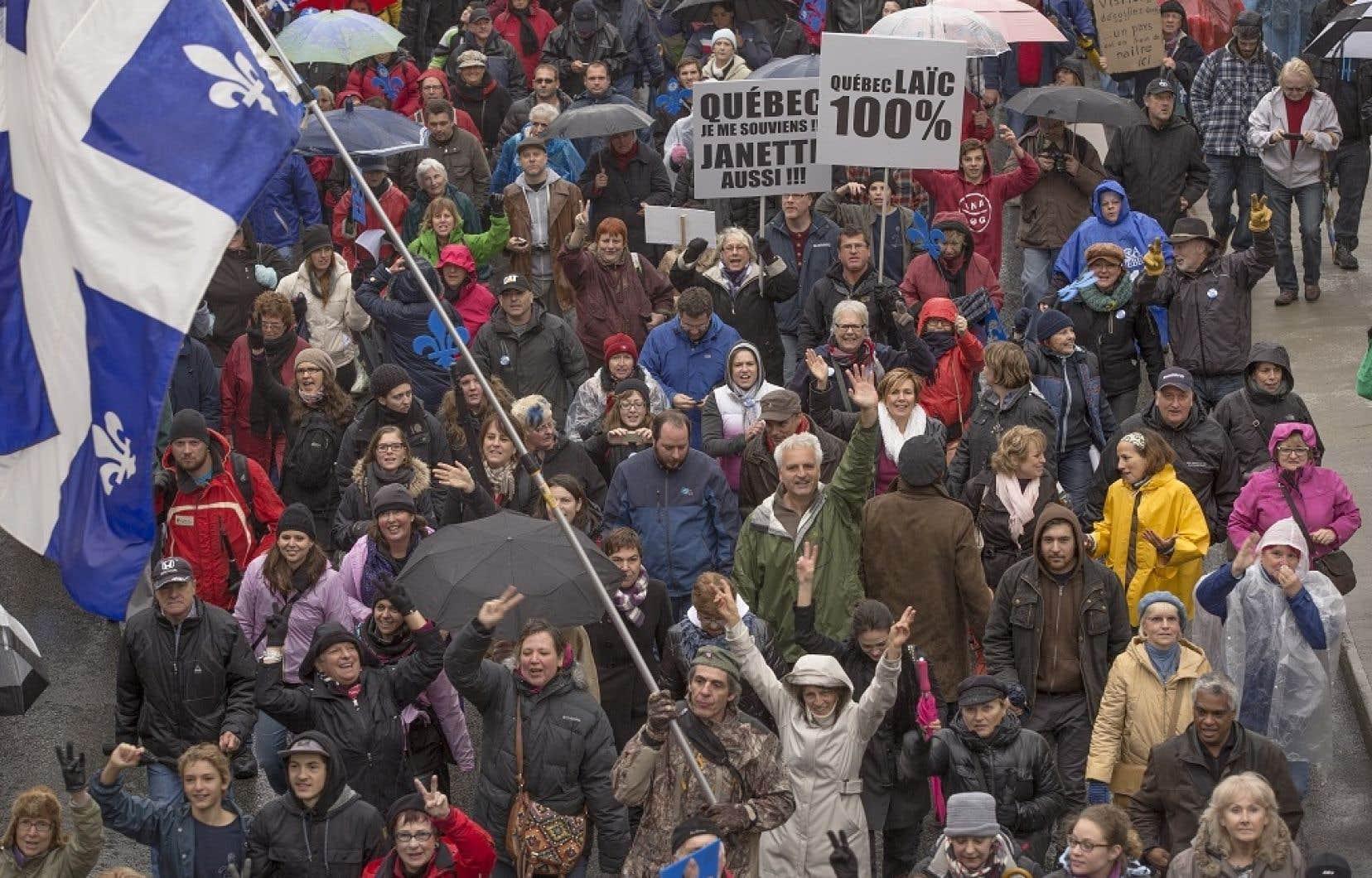 Des centaines de personnes ont marché dans les rues de Montréal, samedi, en faveur de la Charte des valeurs québécoises.