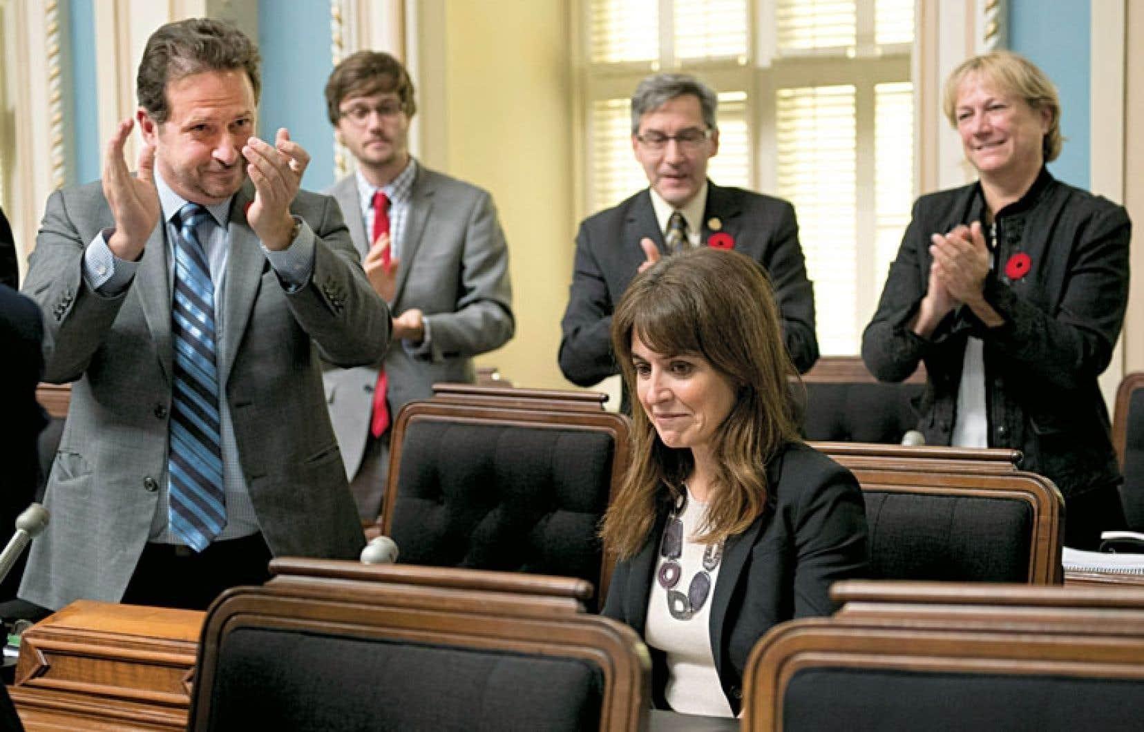 La ministre Véronique Hivon a eu droit à une ovation de la part de ses collègues péquistes mardi à l'Assemblée nationale.