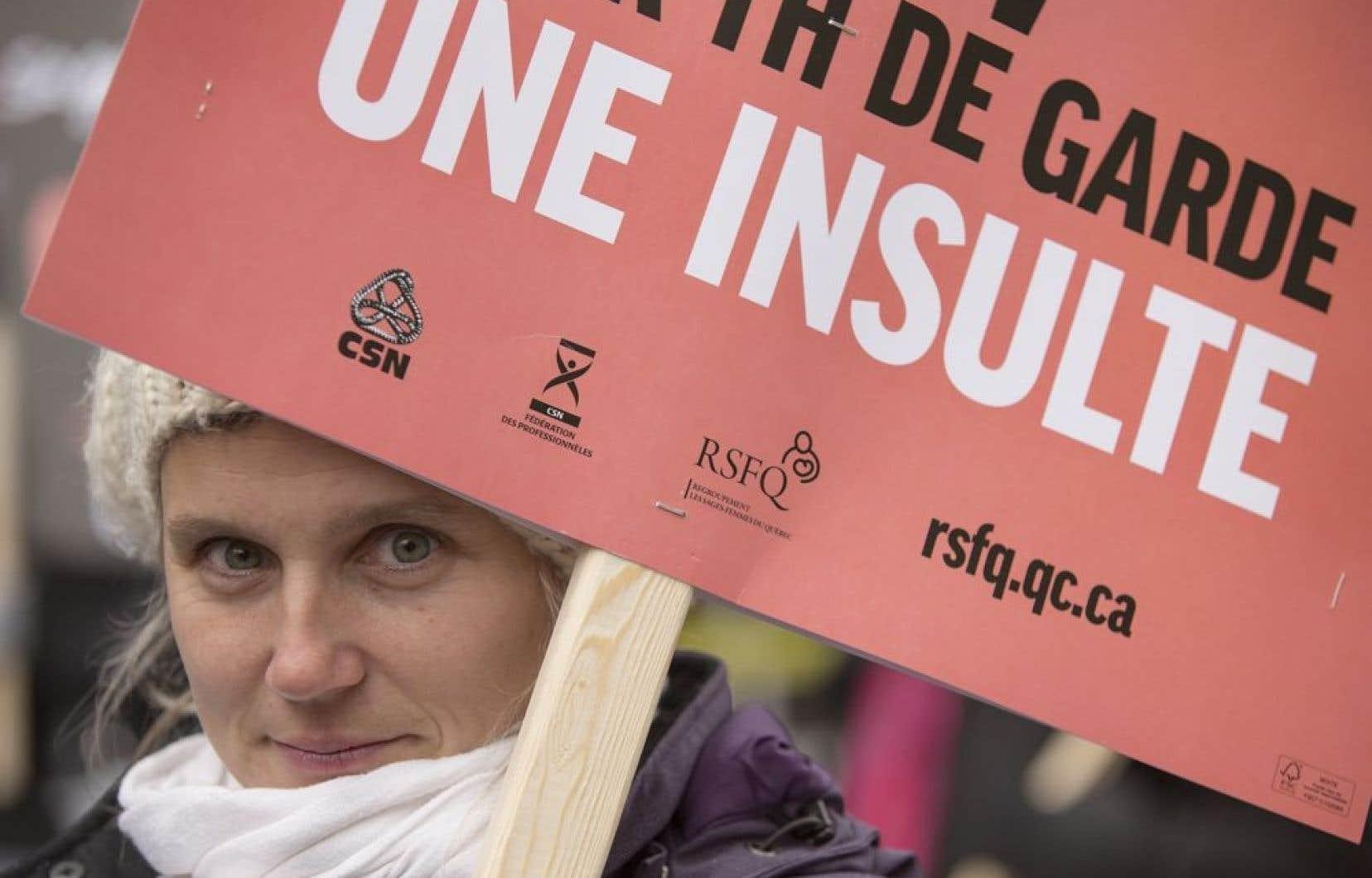 Des sages-femmes du Québec ont manifesté, mercredi midi à Montréal, devant les bureaux de la première ministre Pauline Marois.