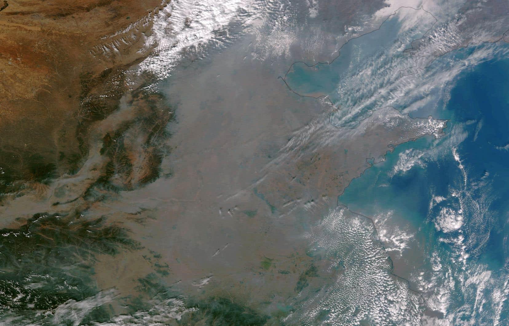 L'image diffusée par la NOAA donne à voir un épais nuage gris qui recouvre entièrement la ville et les régions avoisinantes.