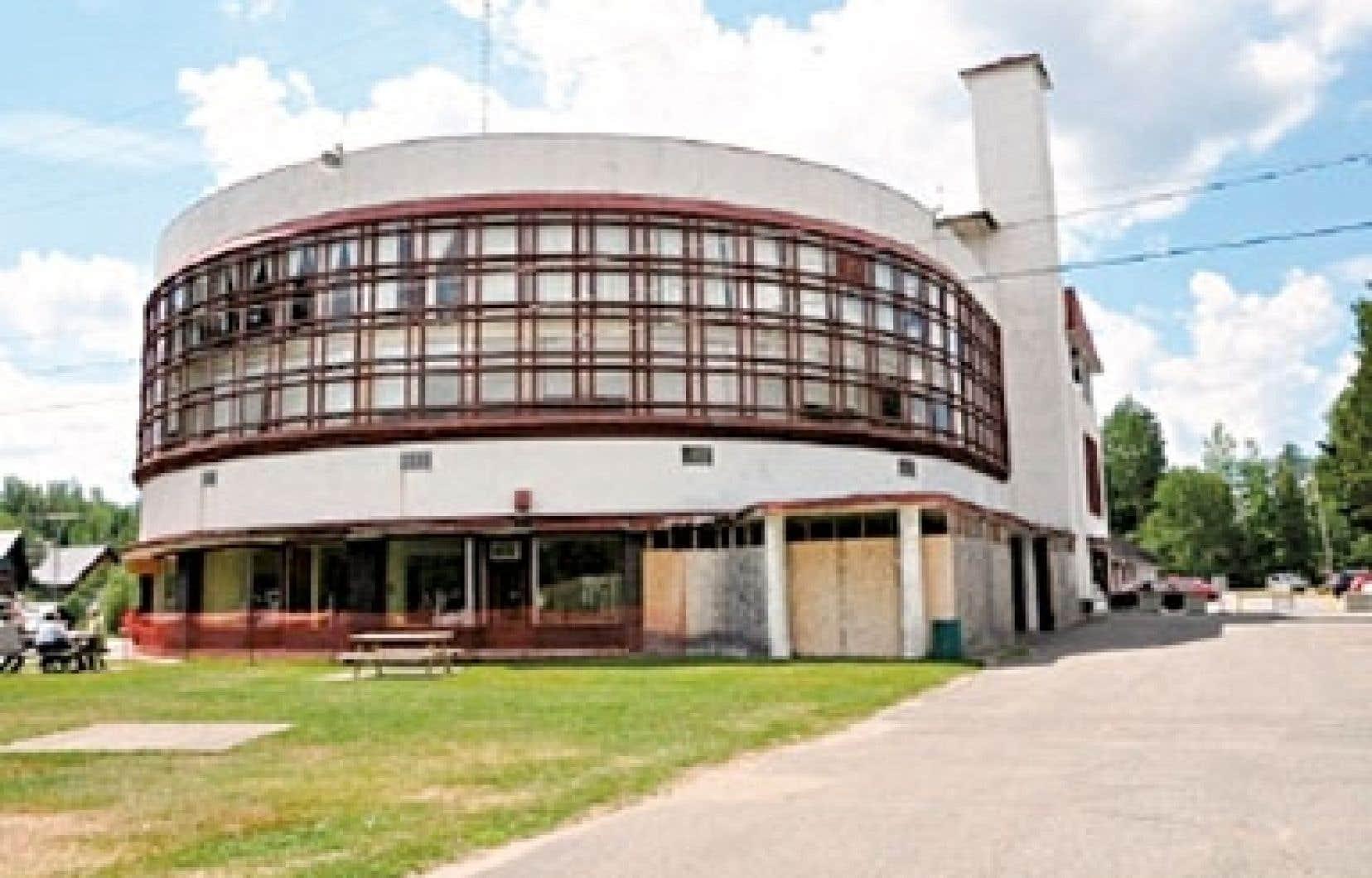 L'édifice Art déco du domaine de l'Esterel conçu dans les années 1930 par le Belge Antoine Courtens est l'un des rares vestiges de l'architecture québécoise moderne.