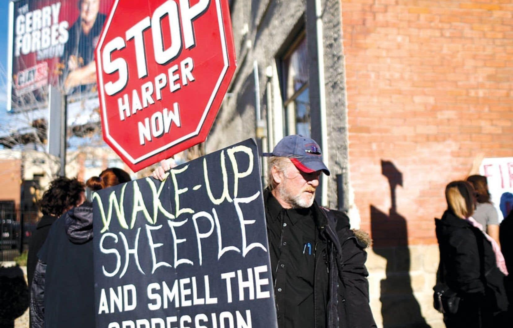 Des manifestants anti-Stephen Harper ont accueilli les délégués conservateurs à Calgary jeudi.