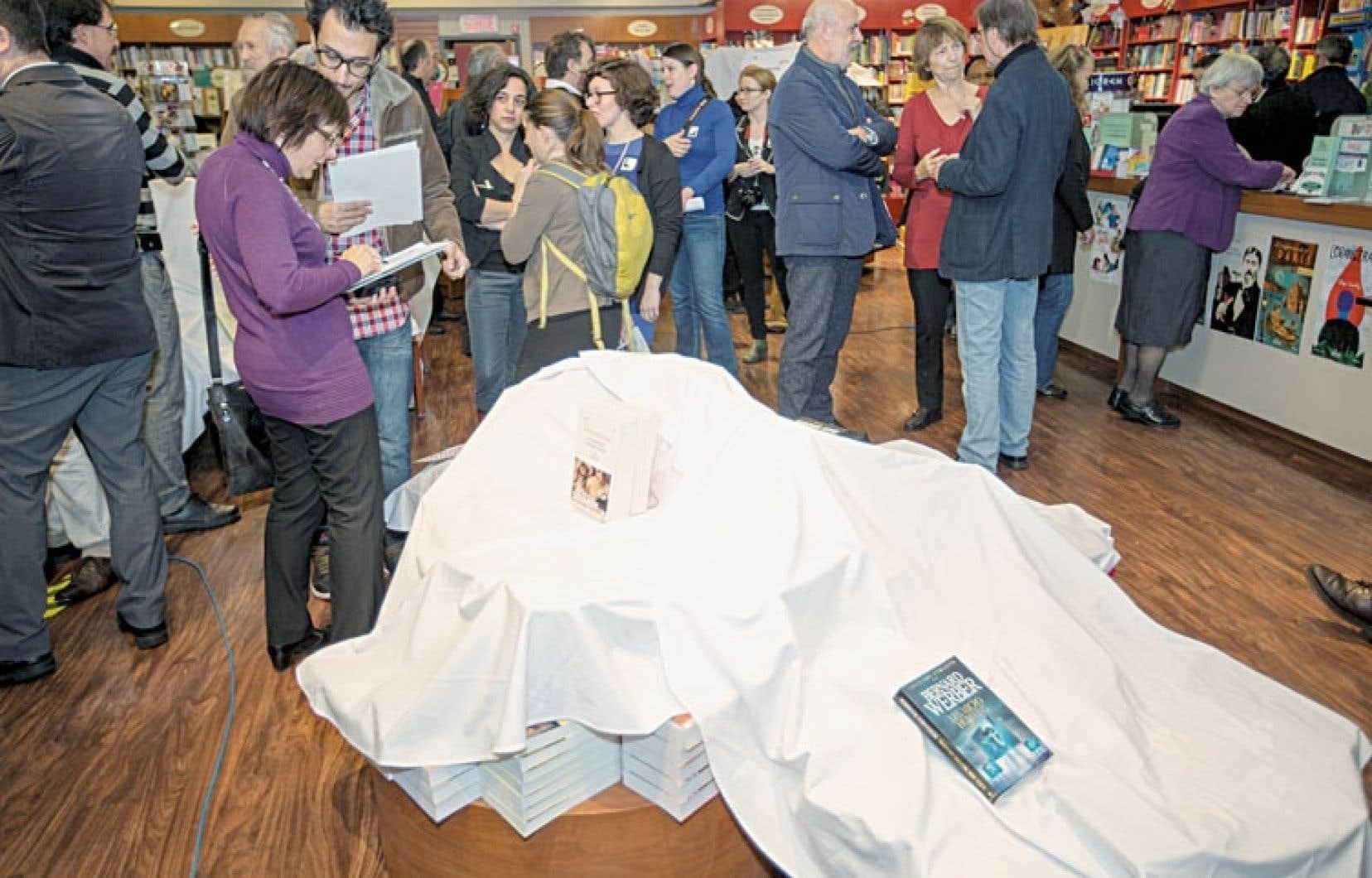 Vendredi, des libraires québécois indépendants ou scolaires ont recouvert une partie de leurs présentoirs et vitrines d'un linceul blanc, afin de démontrer ce qu'il restera des librairies, selon eux, si le gouvernement n'agit pas sur le prix des livres.
