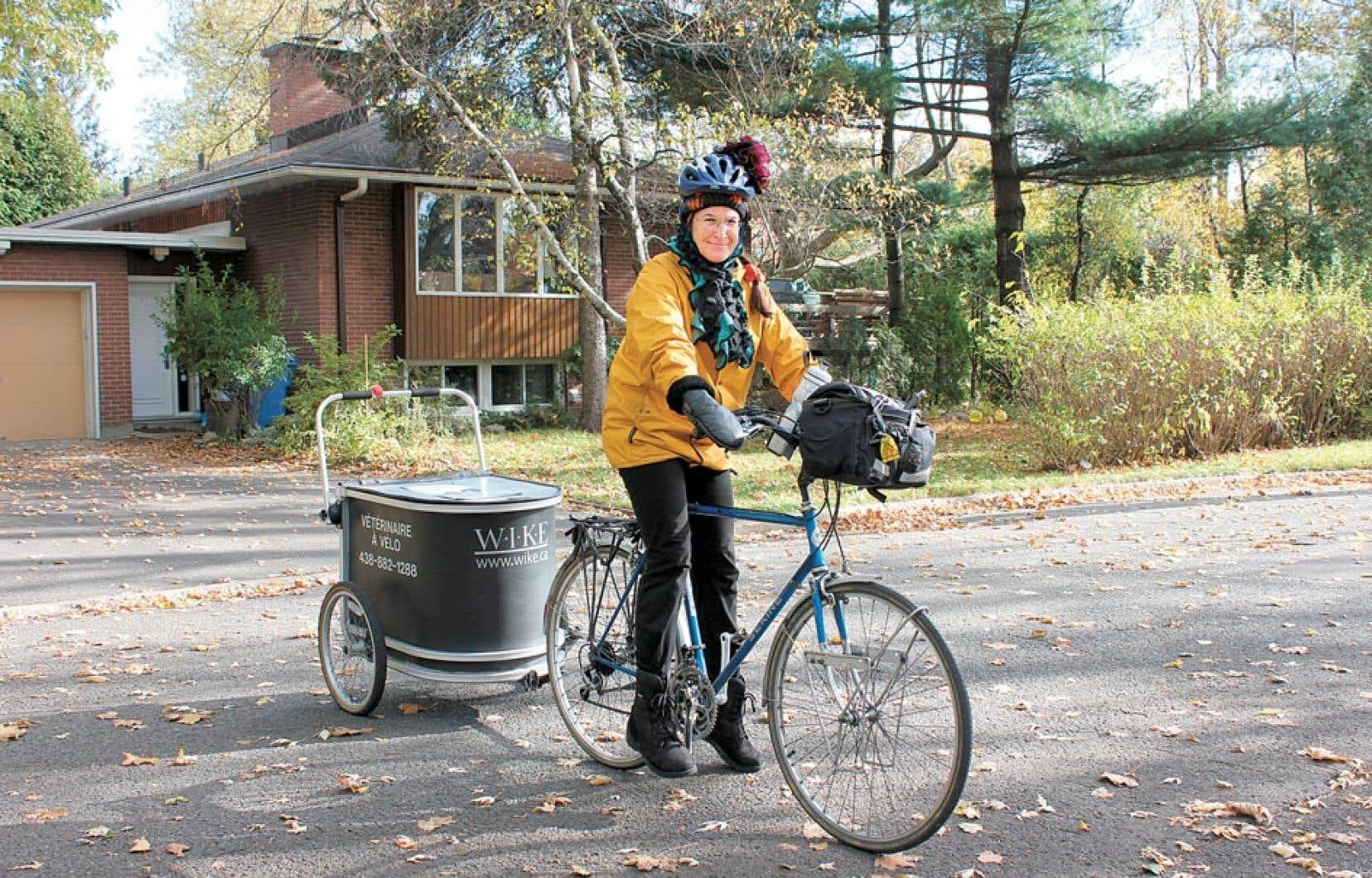 Claude Lefrançois, vétérinaire, se déplace à vélo pour ses visites à domicile.