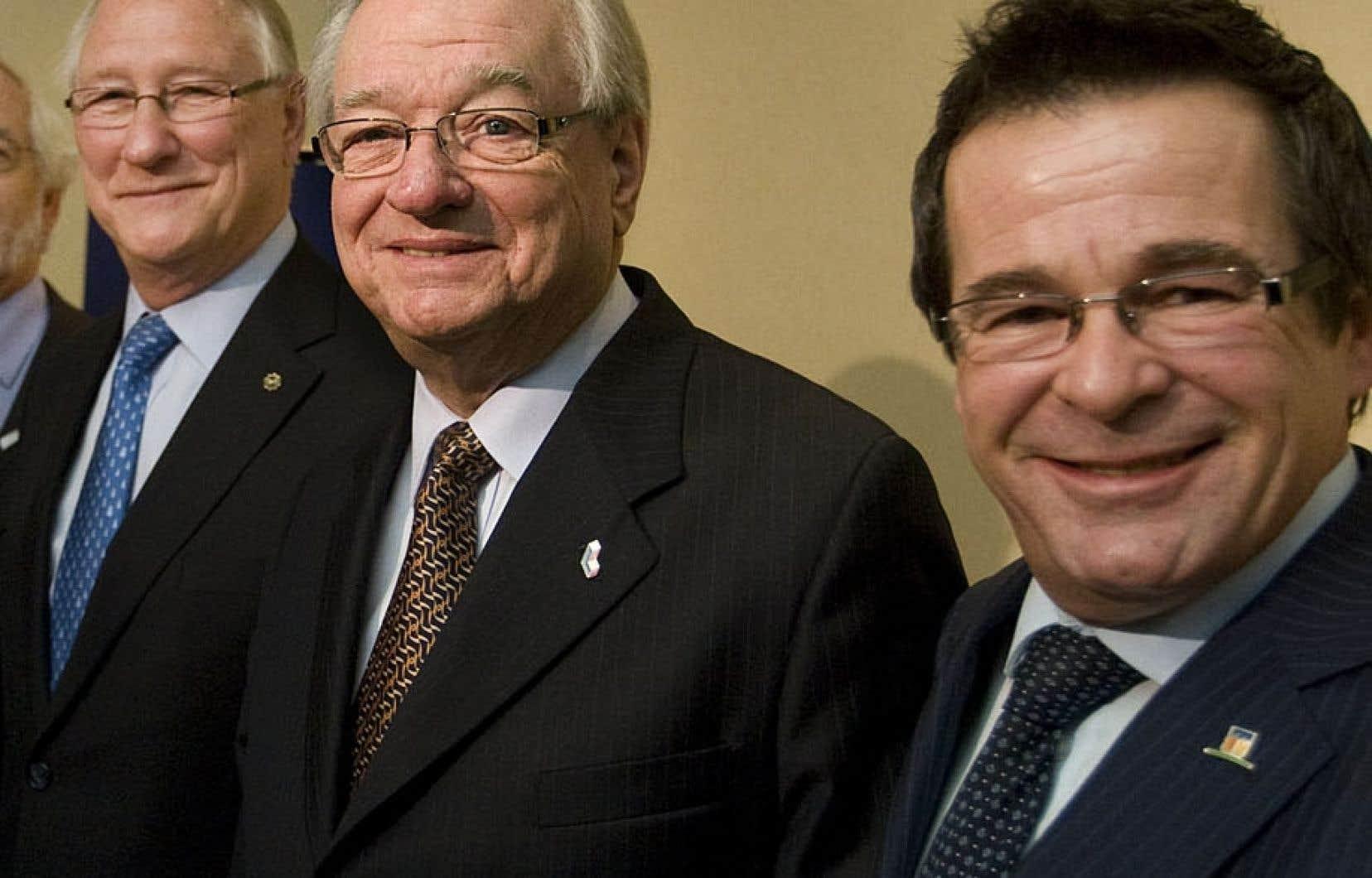 À droite, le maire Jean-Marc Robitaille apparaît en 2011 à côté des ex-maires Gilles Vaillancourt (accusé de gangstérisme, au centre) et Gérald Tremblay.