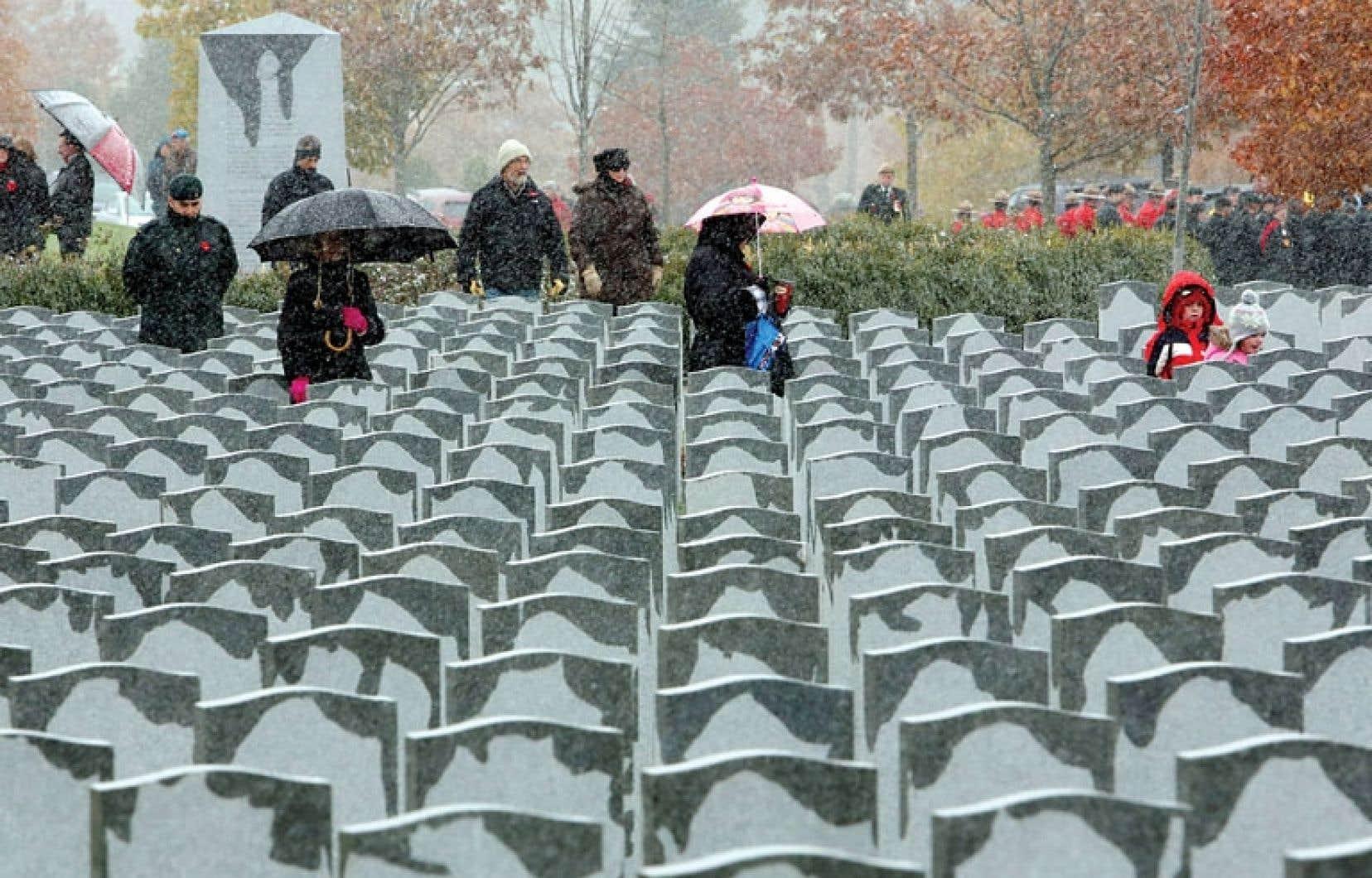 Des citoyens ont visité lundi, jour du Souvenir, le cimetière militaire Beechwood, à Ottawa.