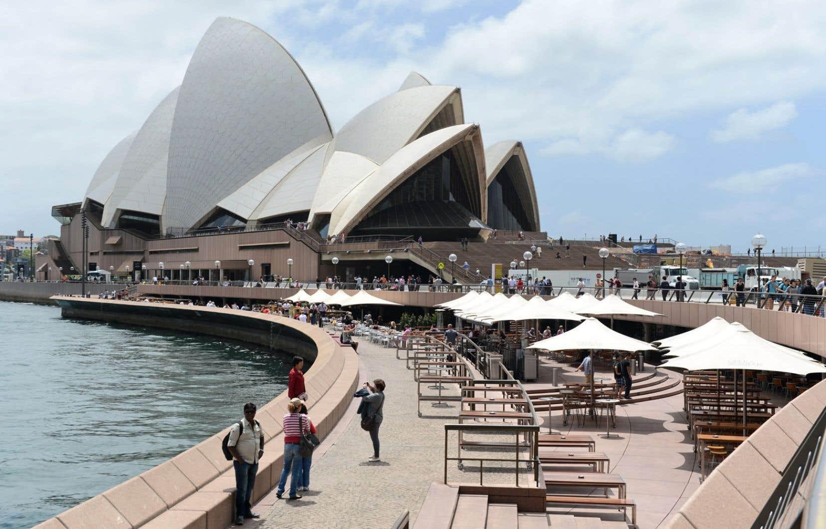 Le quai circulaire entourant la Maison de l'opéra à Sydney, en Australie.