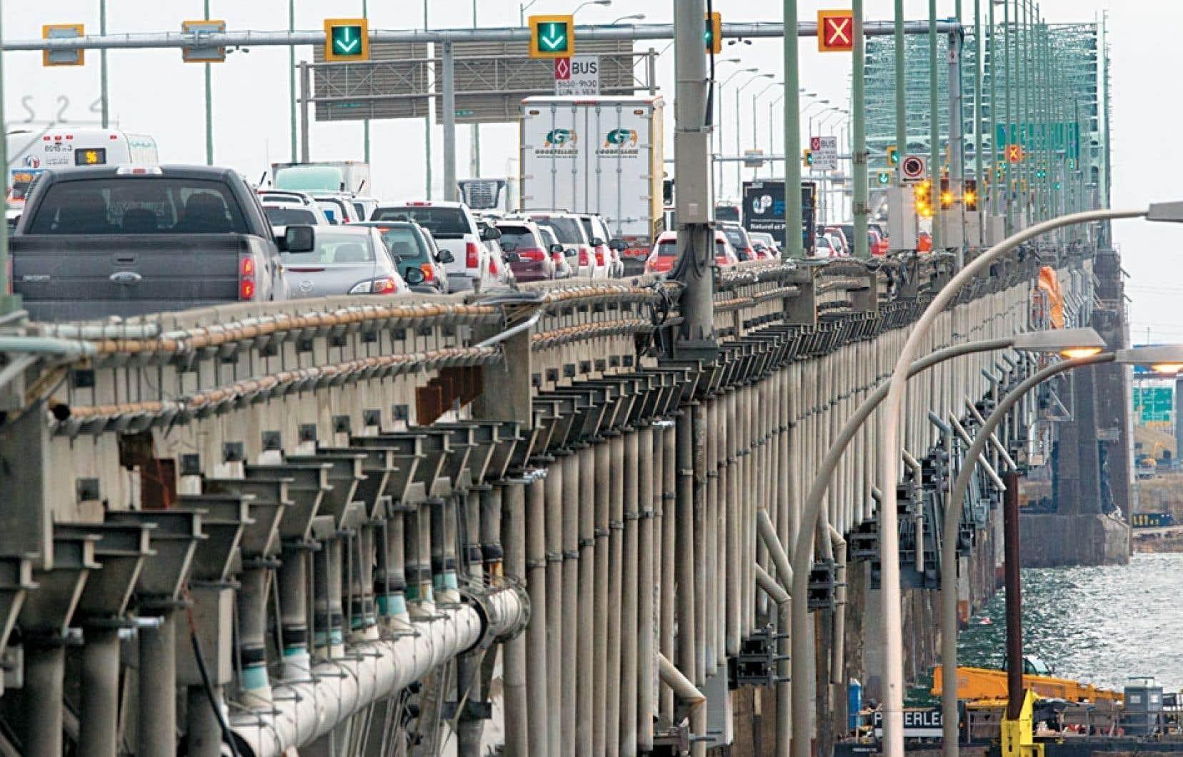 Québec croit en l'importance d'un système de transport léger sur rail pour assurer la fluidité de la circulation dans la région métropolitaine, où la fermeture d'une voie du pont Champlain en raison d'une fissure cause déjà des maux de tête aux automobilistes.