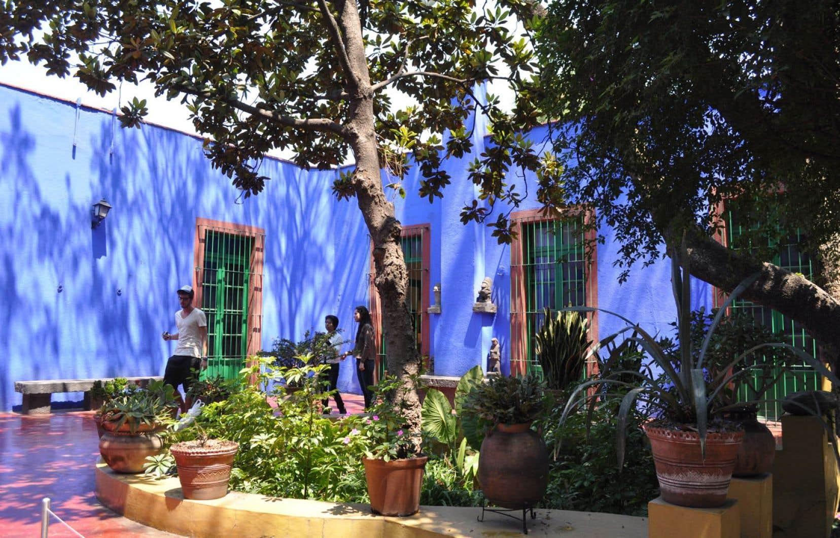 La Casa Azul de la peintre Frida Kahlo, devenue musée dans le charmant quartier de Coyoacán. Toute une époque a eu cours ici: outre Diego Rivera, son mari, les murs ont vu passer nombre d'artistes et de politiciens, dont le révolutionnaire russe Léon Trotski, en asile politique au Mexique de 1937 à 1939 et avec qui Frida aura une aventure.
