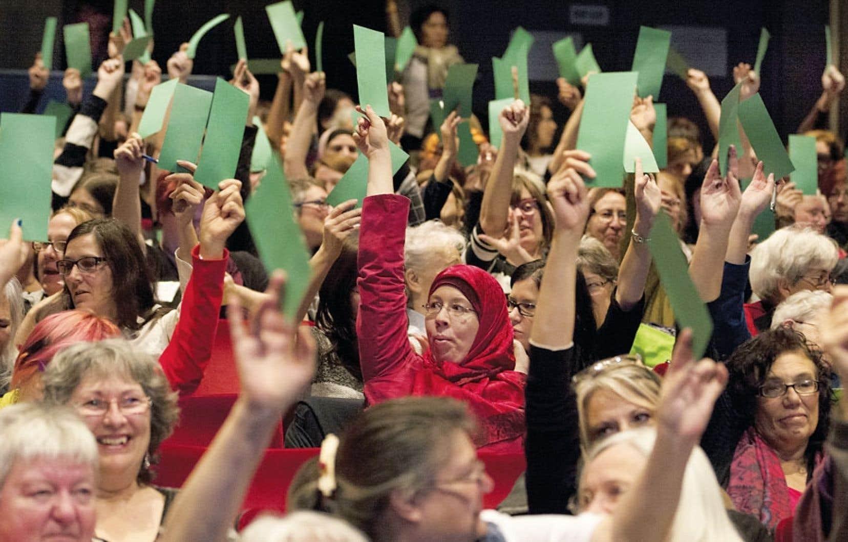 Des participantes de tous les âges et de tous les horizons ont pris part dimanche au Forum qui a conclu les États généraux sur le féminisme, à l'Université du Québec à Montréal. Lors de la plénière, seules quelques femmes portaient le voile islamique.
