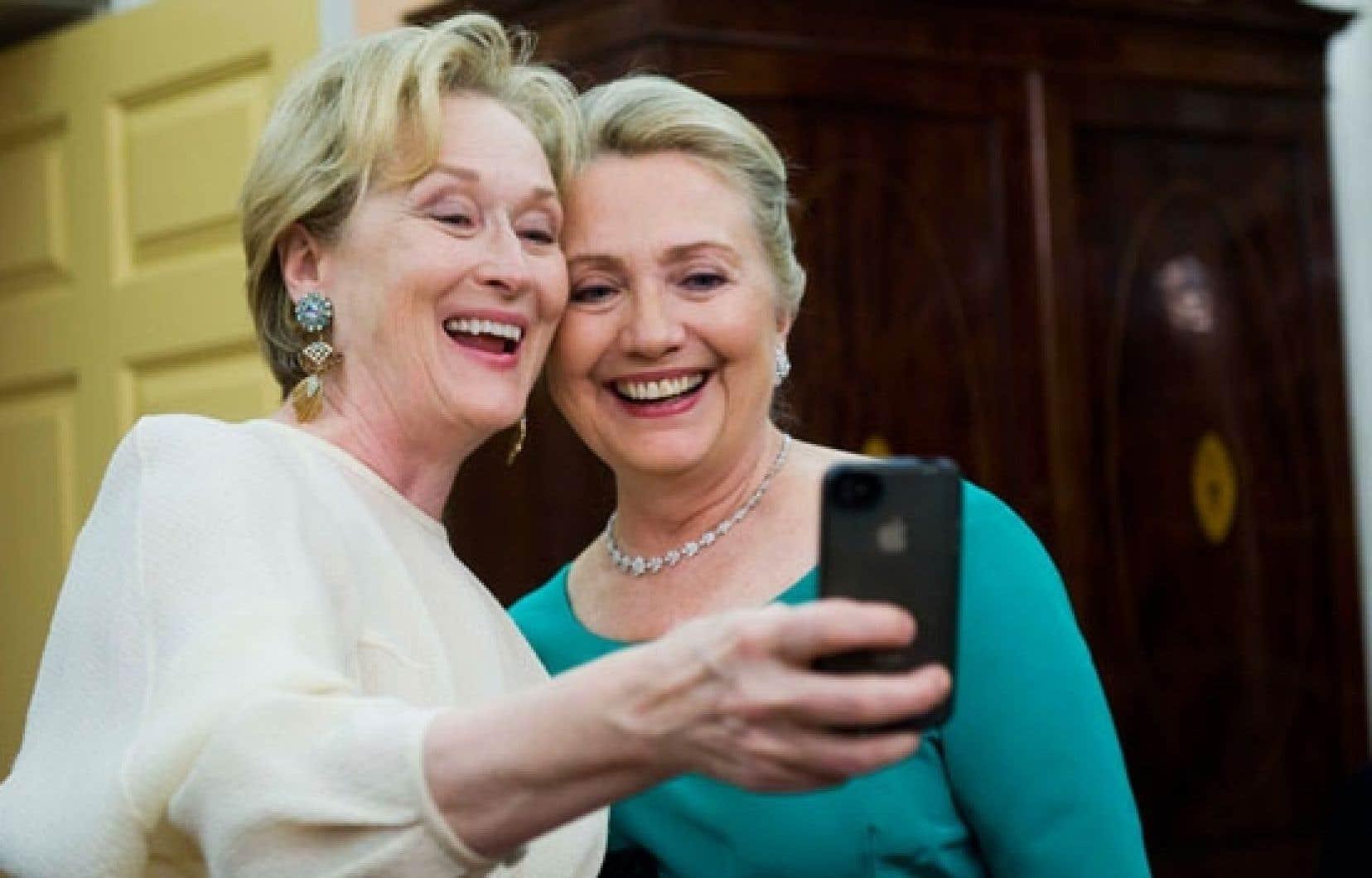 Hillary Clinton et Meryl Streep succombant à l'appel du «selfie»